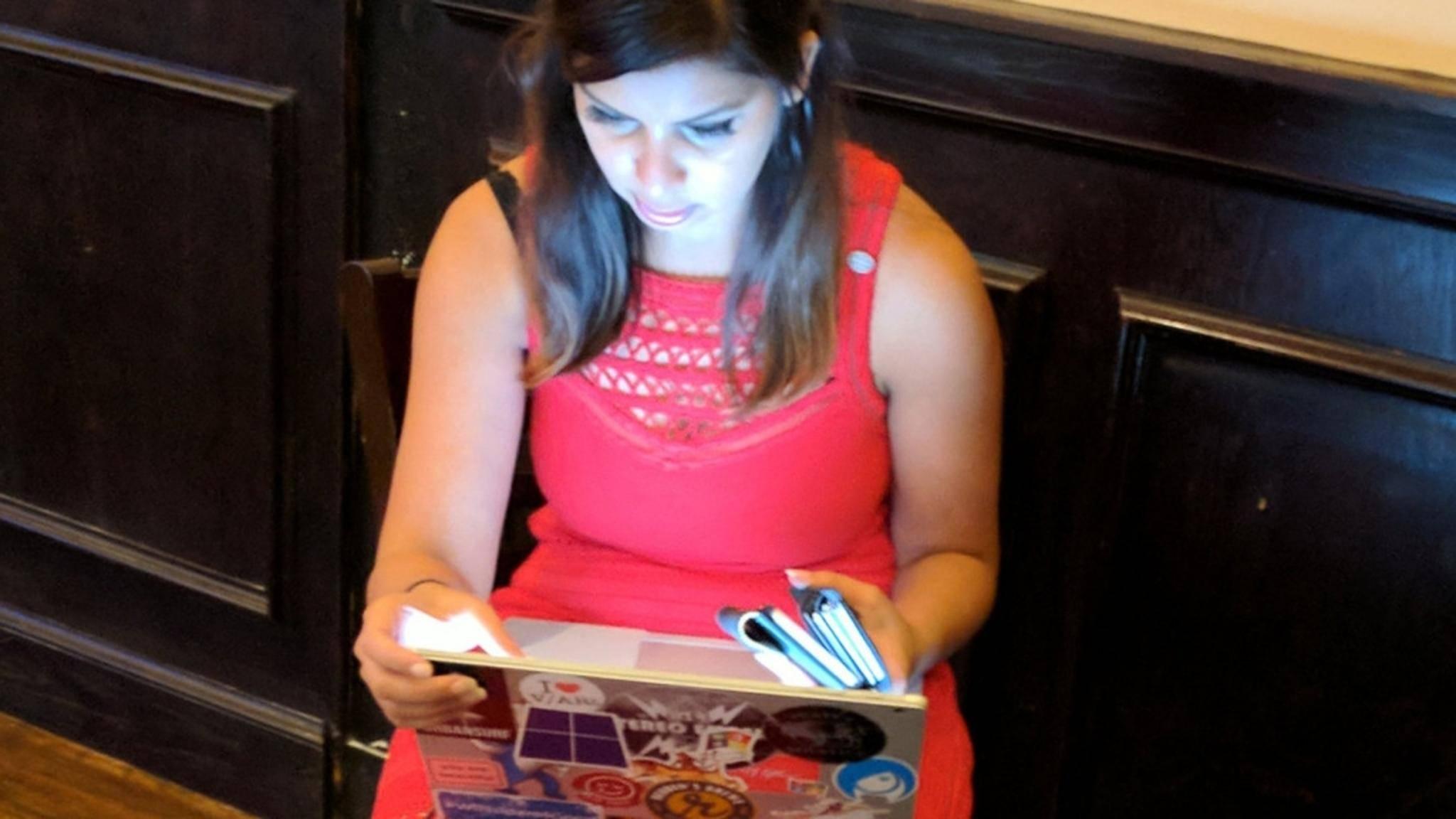 Hält Dona Sarkar von Microsoft hier das Surface Phone in der Hand?