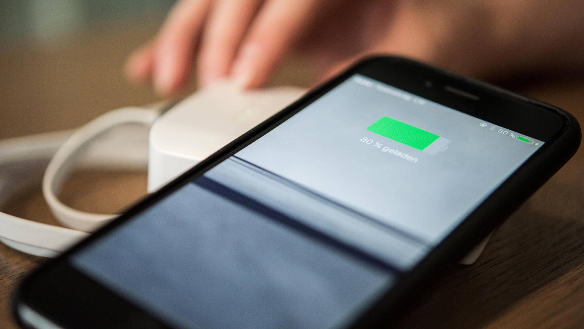 Das Akkutausch-Programm könnte für Apple teuer werden und die iPhone-Verkaufe 2018 dramatisch drücken.