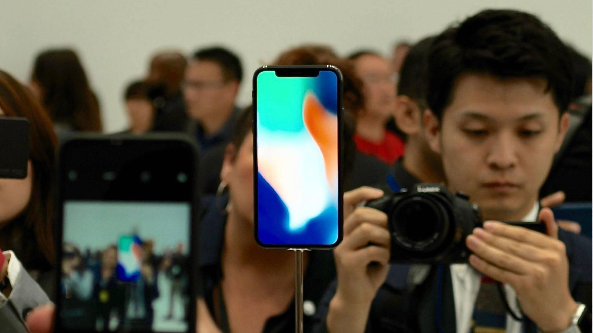 Wer direkt zum Release ein iPhone X kaufen möchte, sollte sich rechtzeitig vor einem Apple Store einfinden.