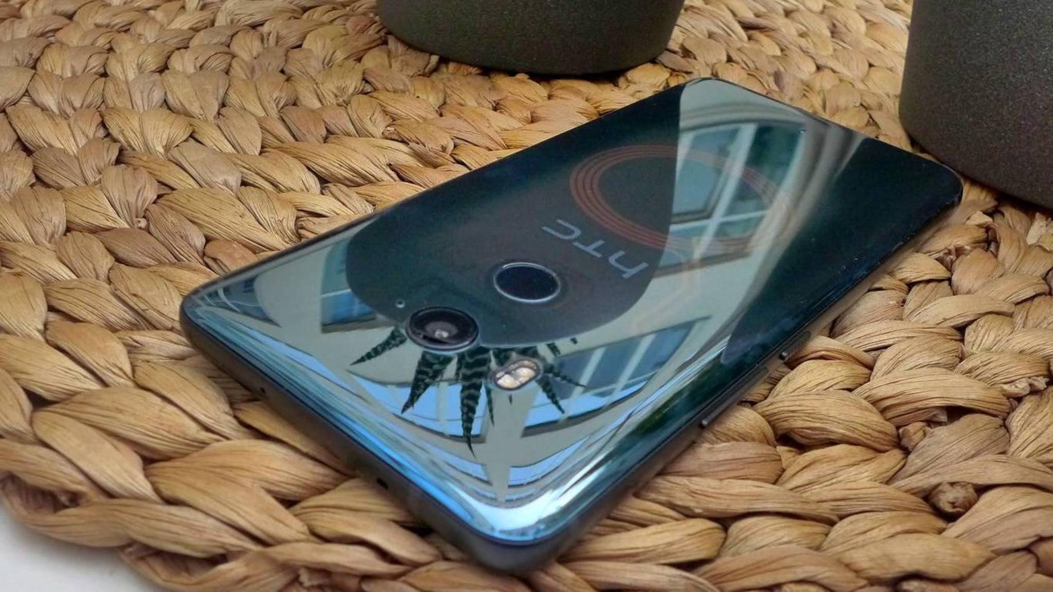 Duch die transparente Rückseite des HTC U11 Plus scheint die NFC-Antenne durch.