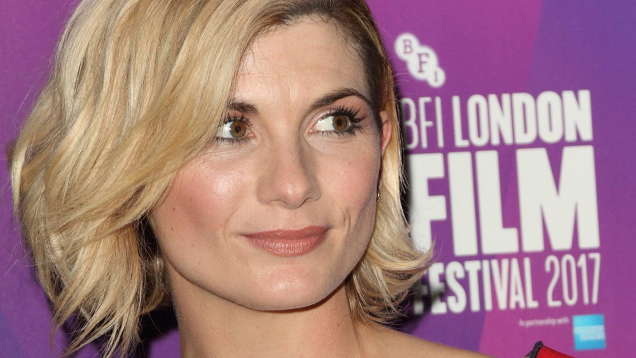 """Jodie Whittaker hat sich endlich zum ersten Mal in ihrem """"Doctor Who""""-Outfit gezeigt."""