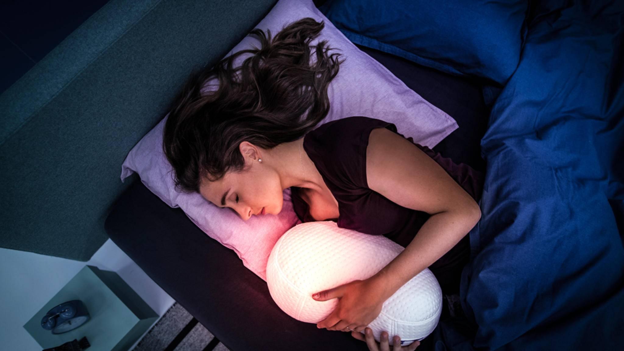 Kuscheln mit dem atmenden Somnox-Kissen soll beim Einschlafen helfen.