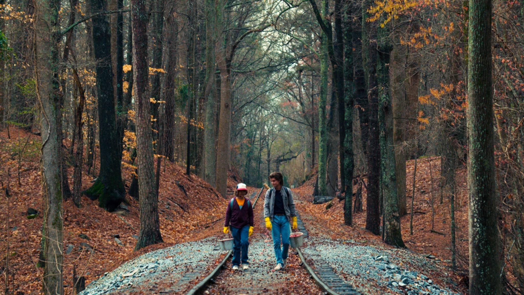 Mit einem konkreten Plan vor Augen wandern Dustin und Steve die Gleise entlang.
