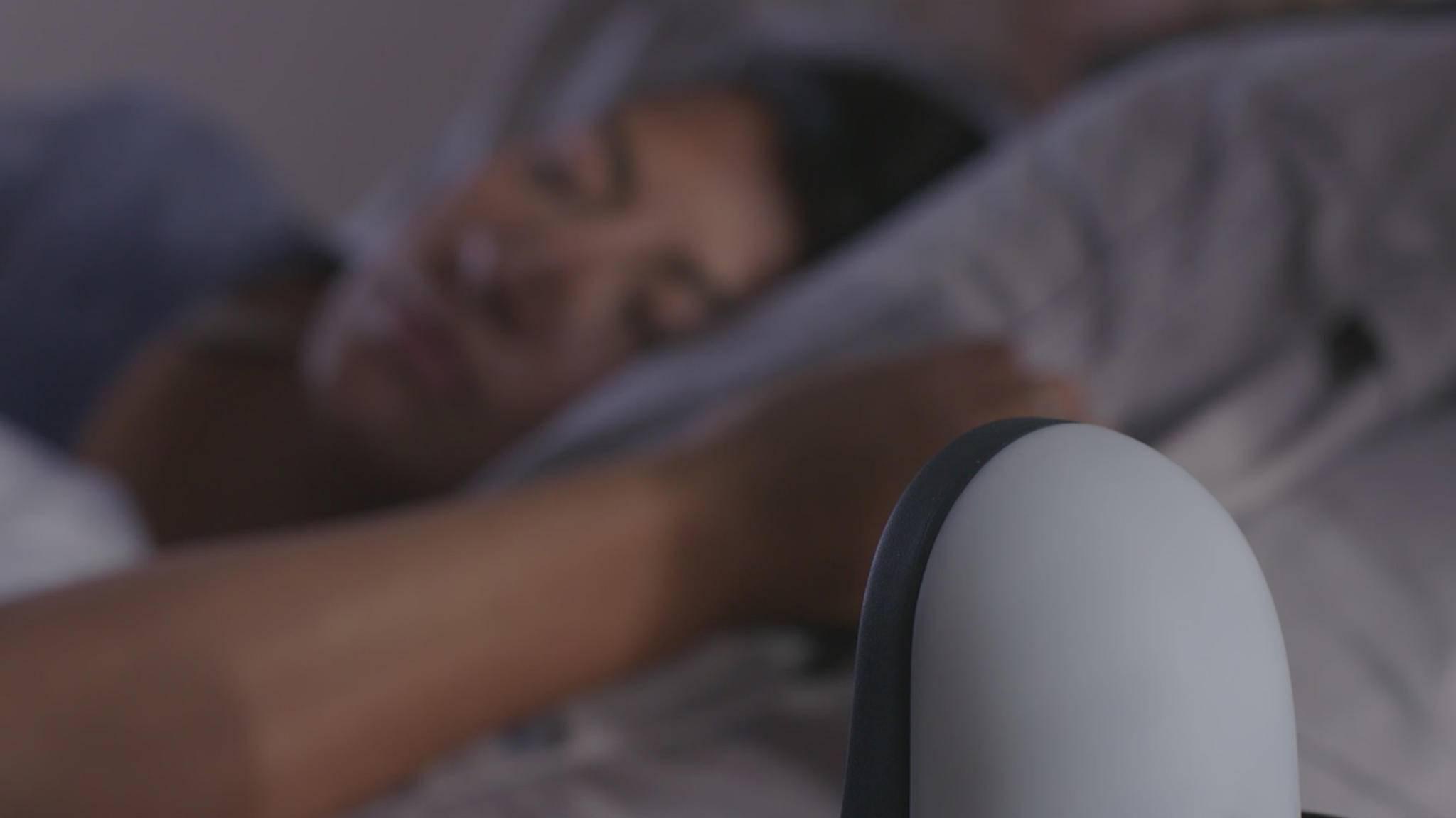 Auf dem Nachttisch soll Somnicloud für eine entspannte Nachtruhe sorgen.