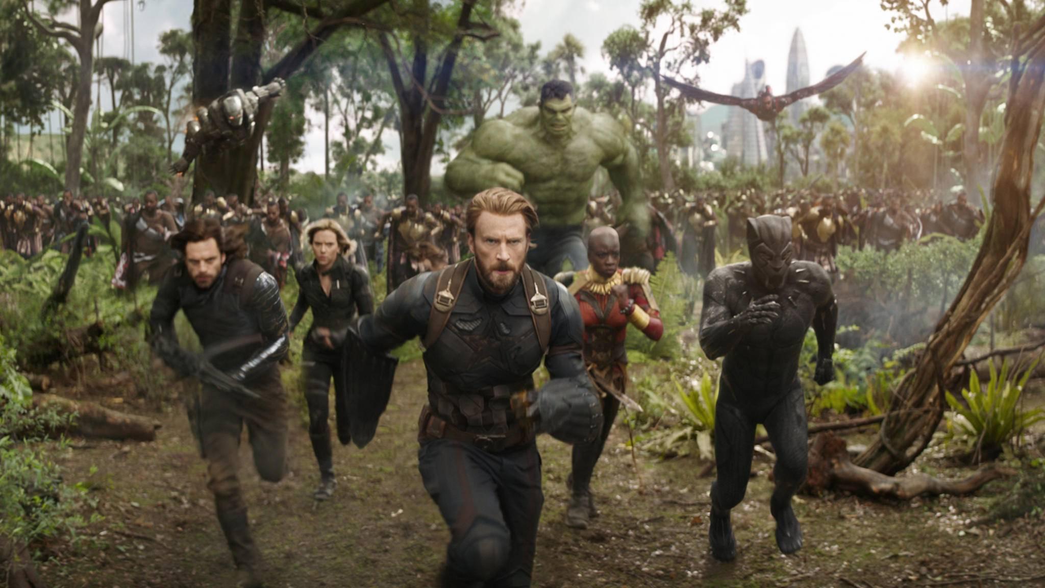 Falcon (oben rechts) fliegt mit seinen Helden-Kollegen in den Kampf – und überlebt offenbar.