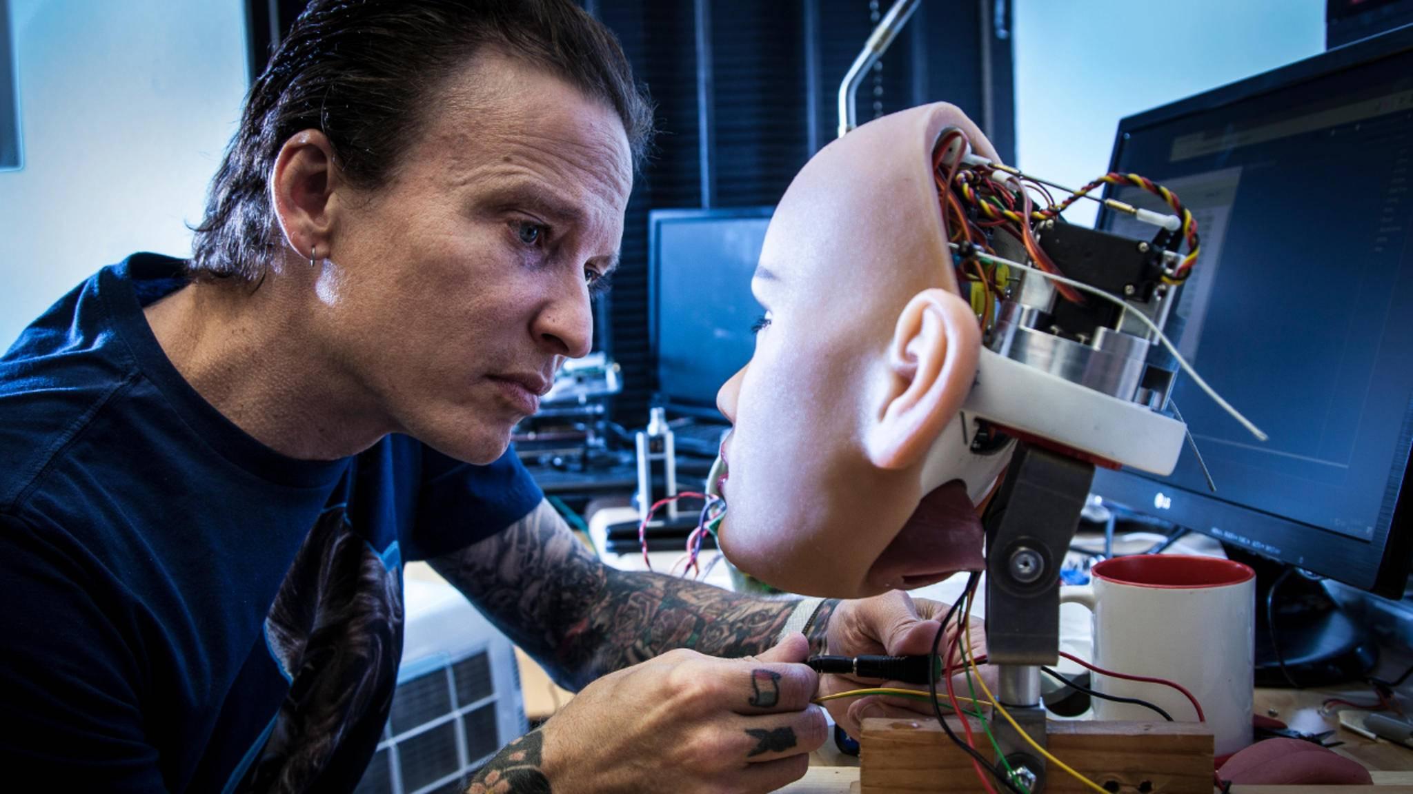 """Matt McMullen bei der Arbeit an der Puppe """"Harmony""""."""