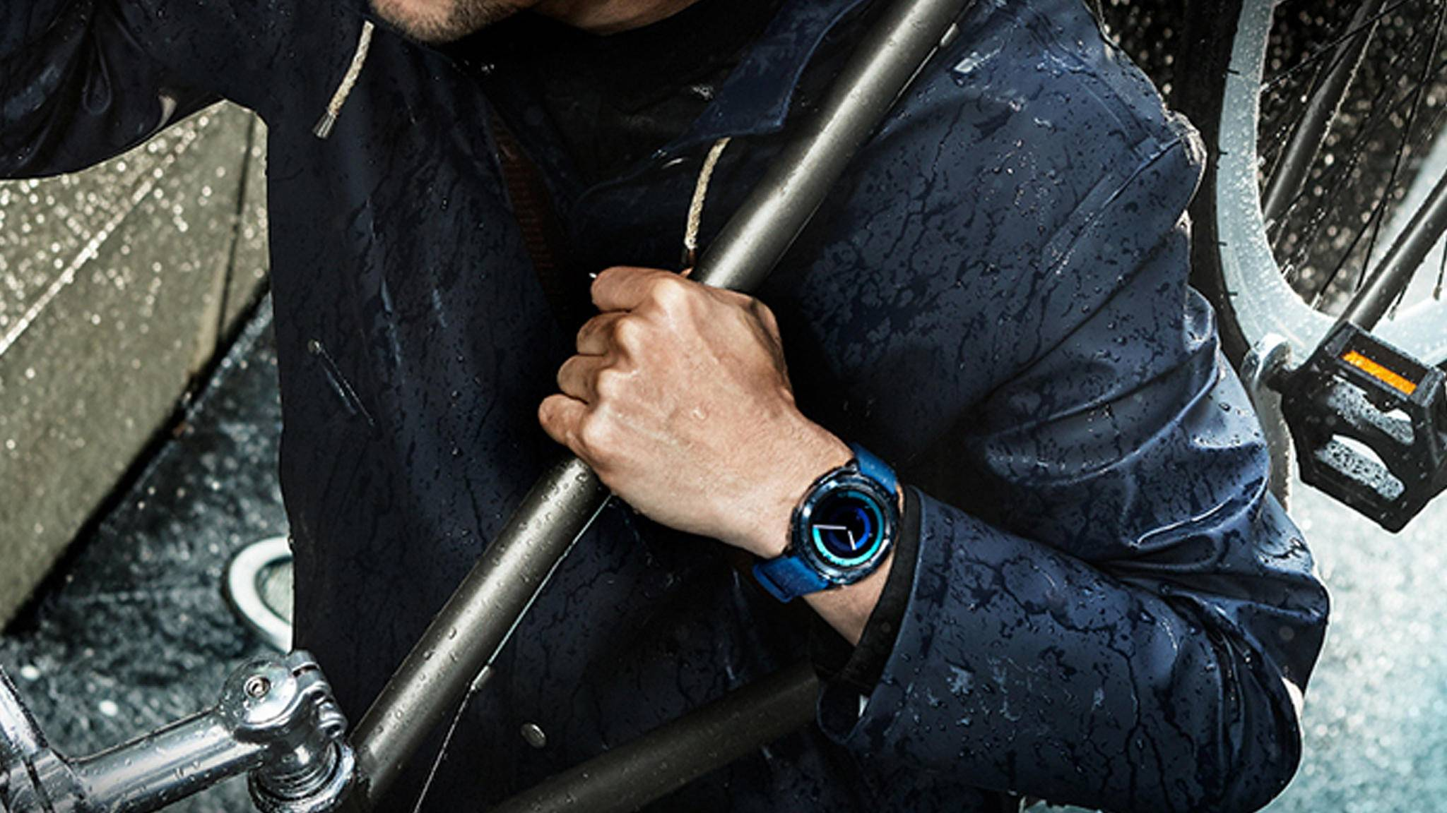 Dank 5ATM-Wasserfestigkeit verträgt die Samsung Gear Sport auch mehr als nur eine kleine Dusche.
