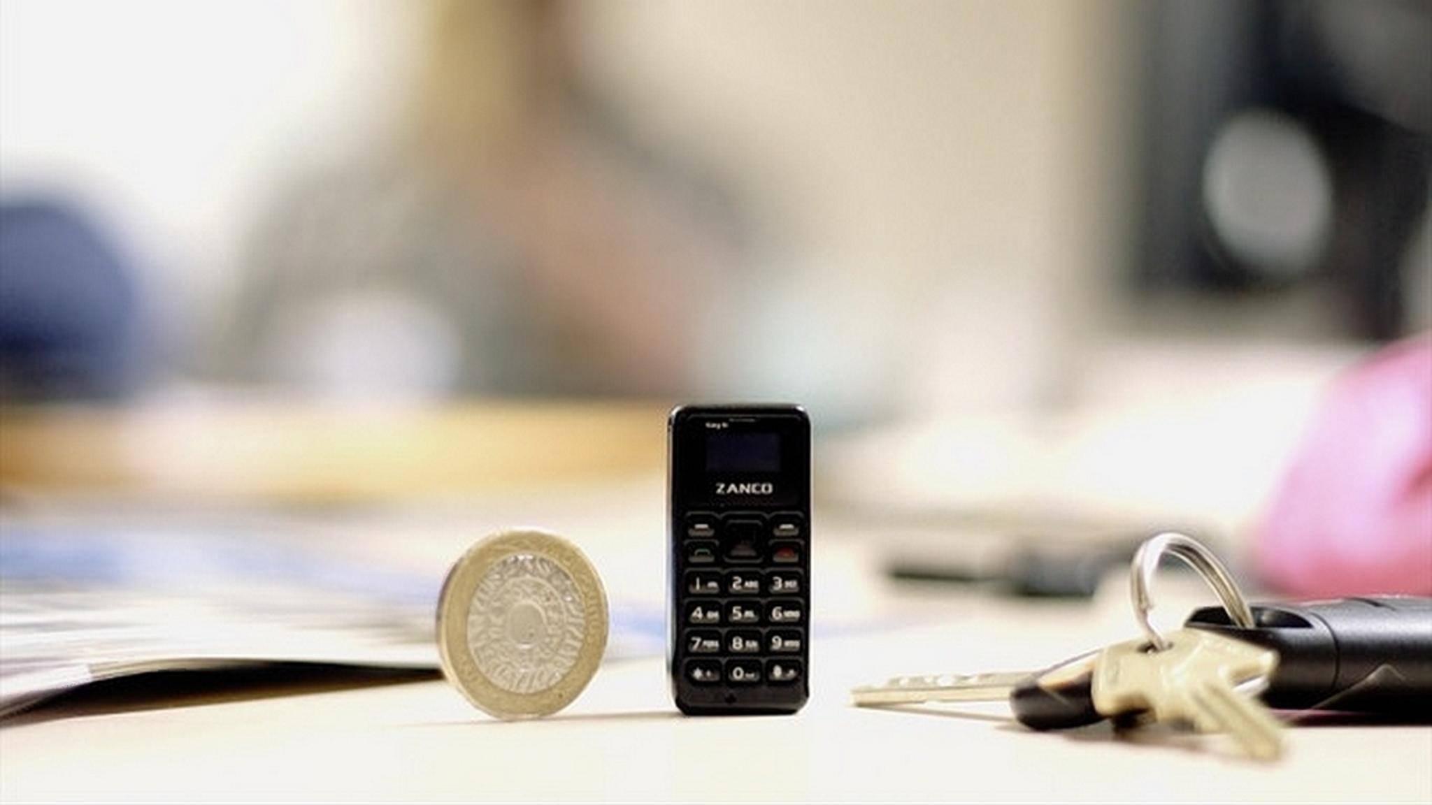 Das Tiny T1 im Vergleich zu einer Münze und einem Schlüsselbund.