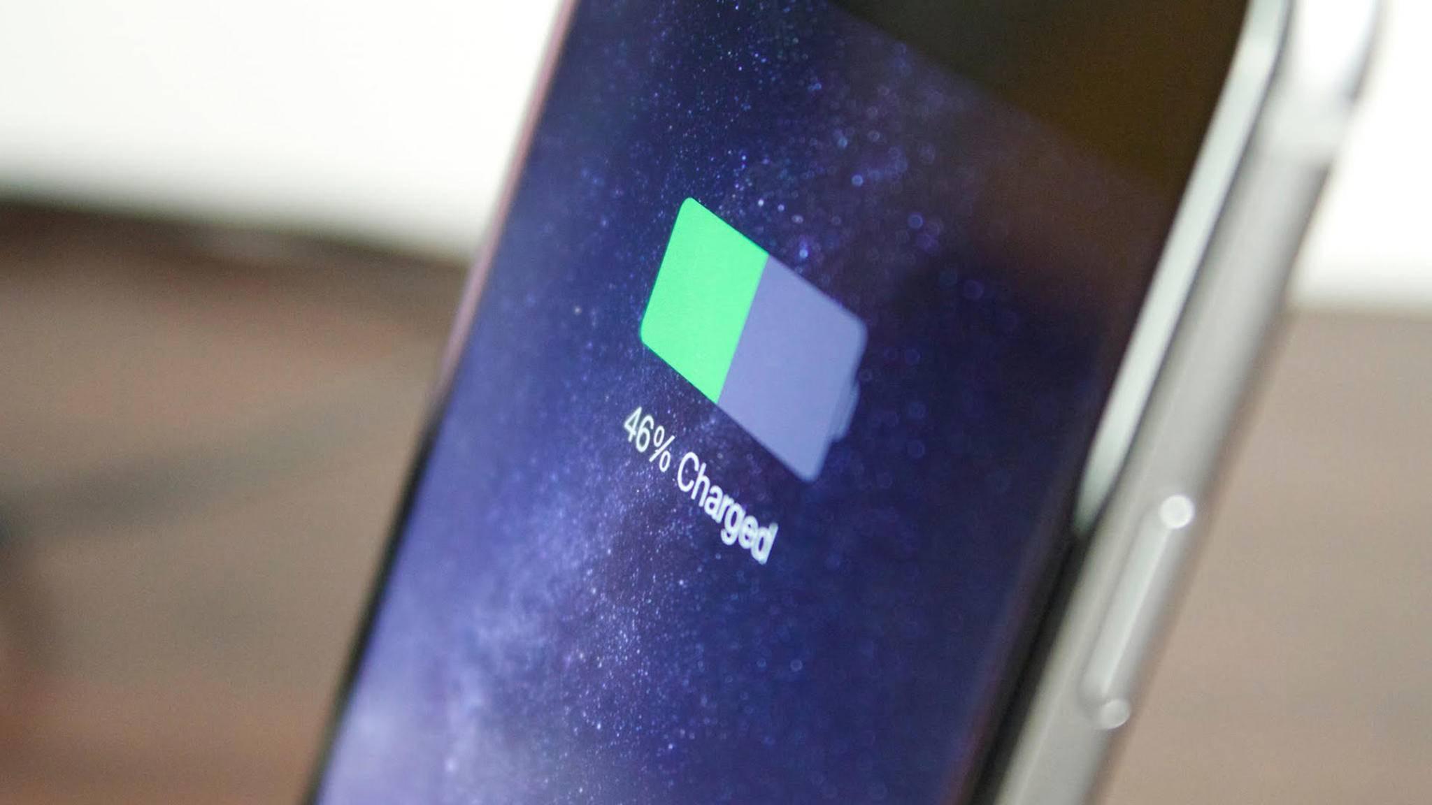 Damit das automatische iCloud-Backup funktioniert, muss das iPhone an eine Stromquelle angeschlossen sein.