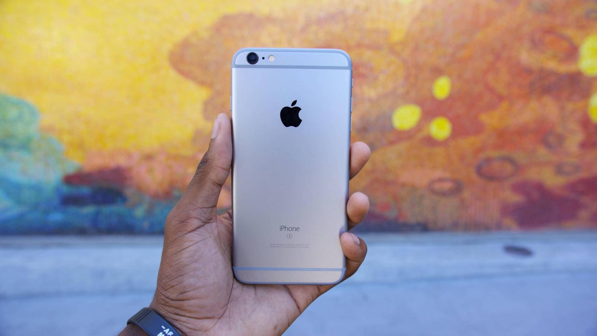 Apple soll die Leistung älterer iPhones per Software gezielt senken.