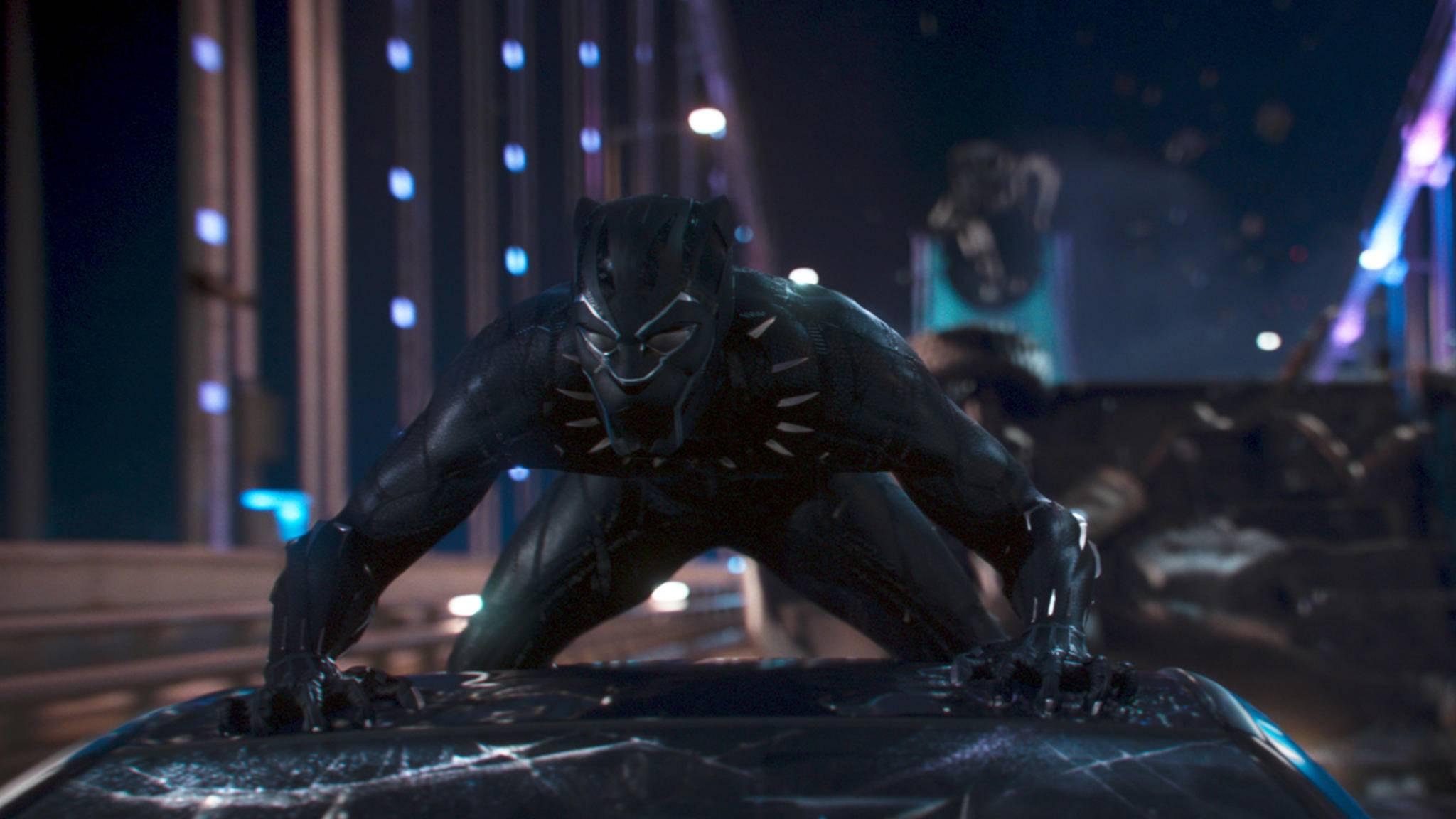 Black Panther setzt die Eigenschaften seines Vibranium-Anzugs im Kampf gezielt ein.