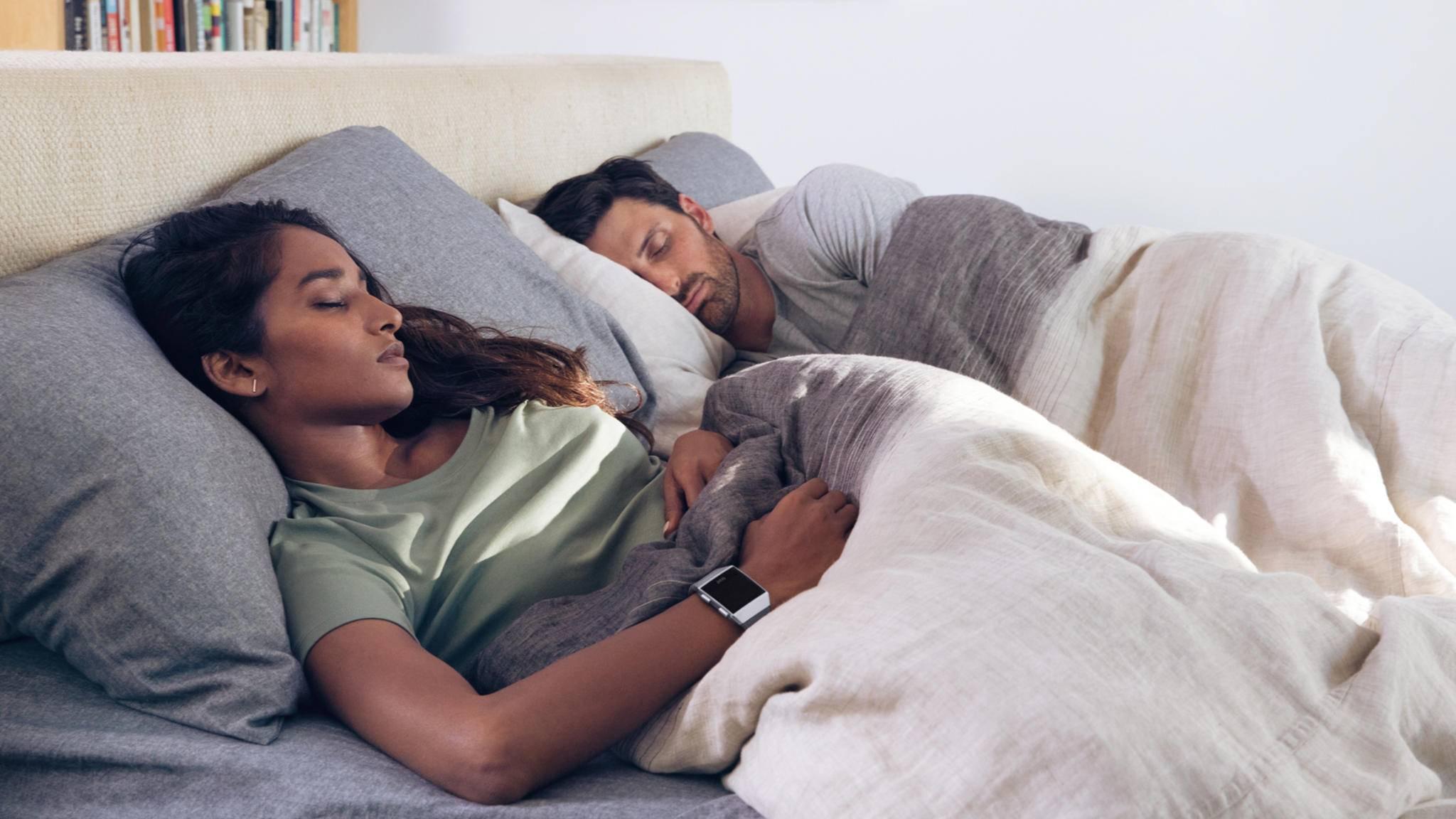 Wie gut schlafen Frauen und Männer wirklich? Fitbit hat das in einer neuen Schlafstudie untersucht.