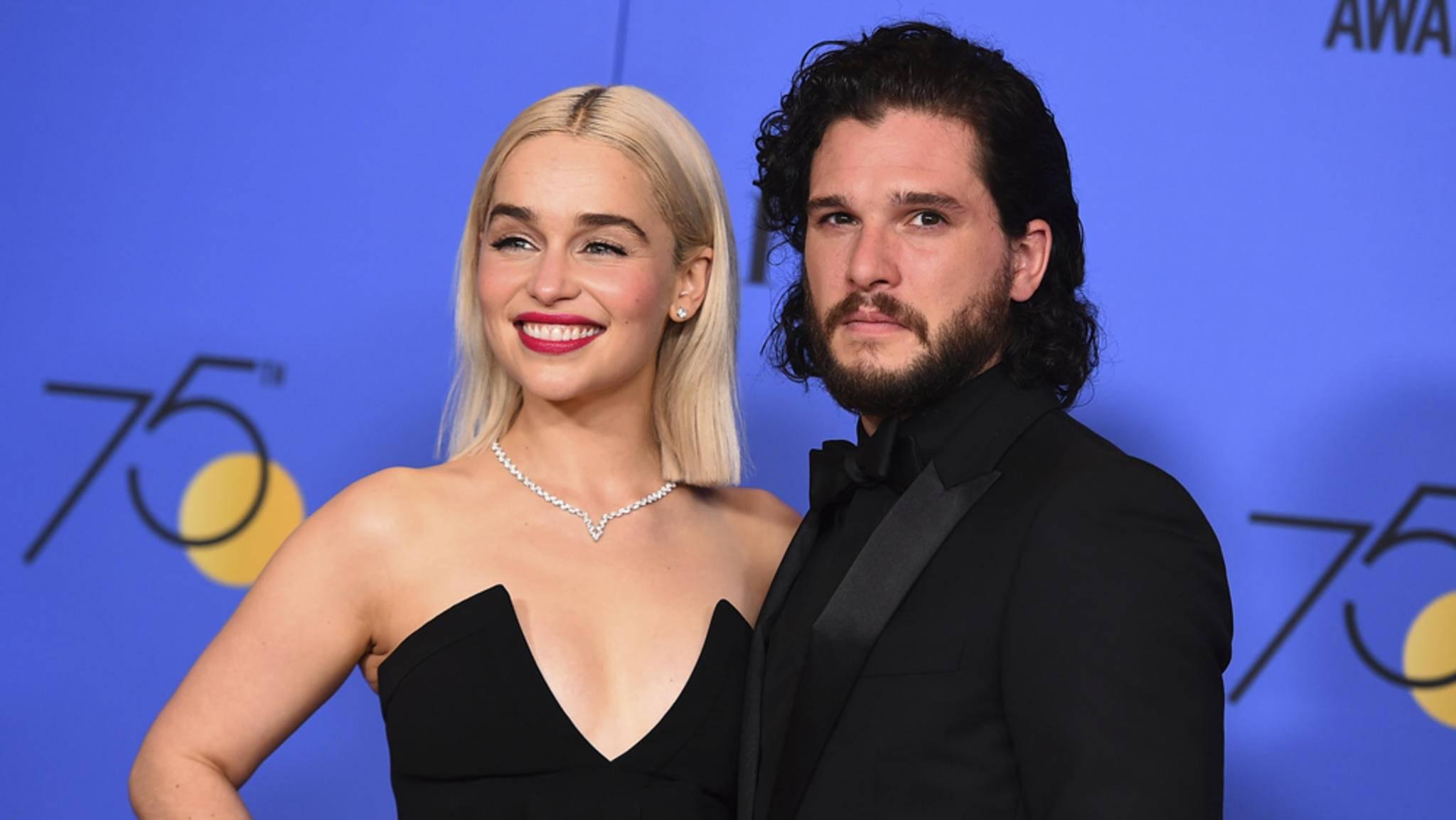 """Auch die """"Game of Thrones""""-Stars Emilia Clarke und Kit Harington zeigten sich bei den Golden Globes 2018 solidarisch und kamen im Sinne der #MeToo-Bewegung ganz in Schwarz."""