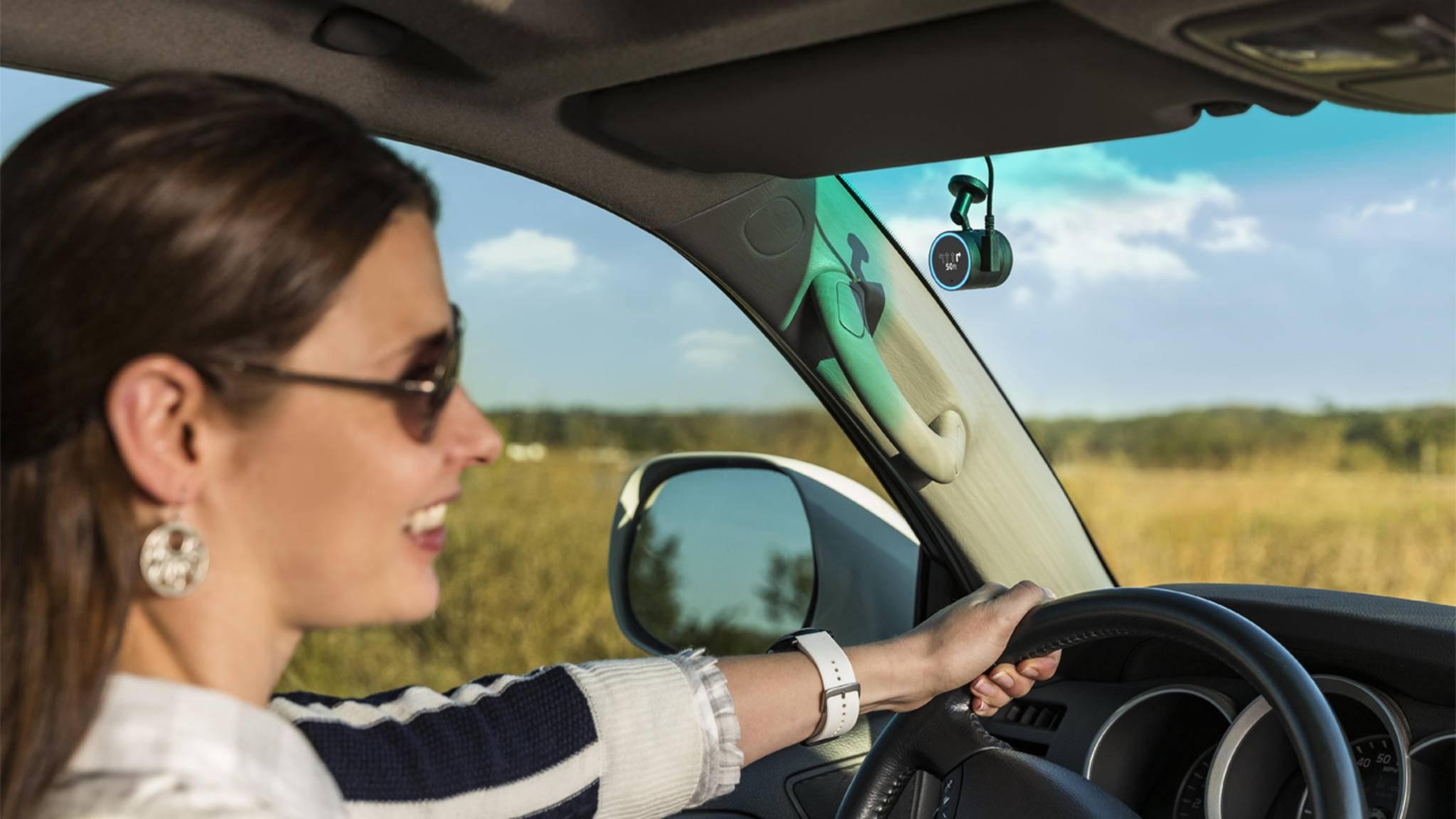 Während Du mit Alexa redest, filmt die Dashcam das Verkehrsgeschehen.