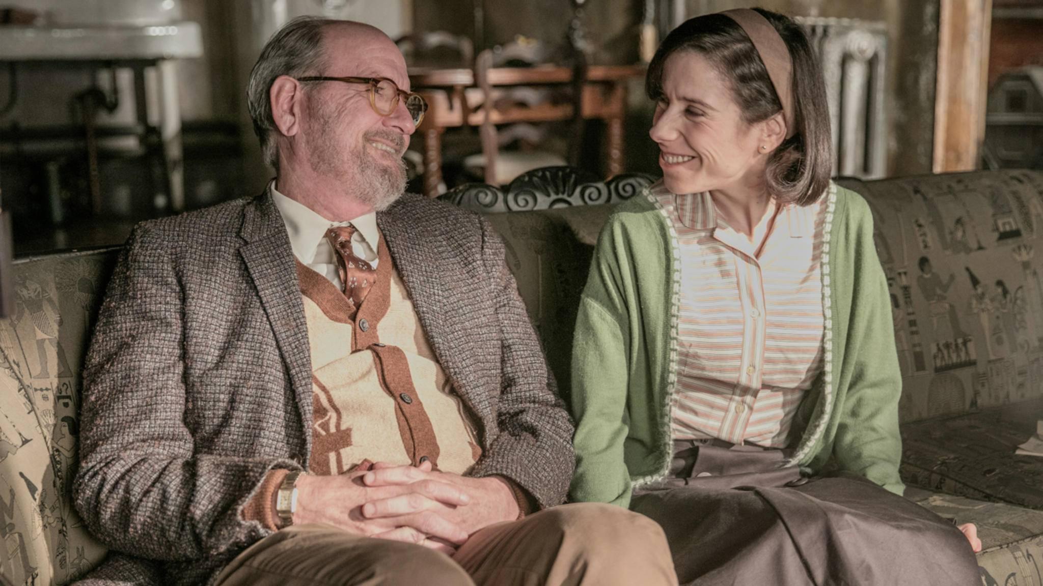... die mit ihrem Nachbarn Giles (Richard Jenkins, l.) Schwarz-Weiß-Musicals schaut ...