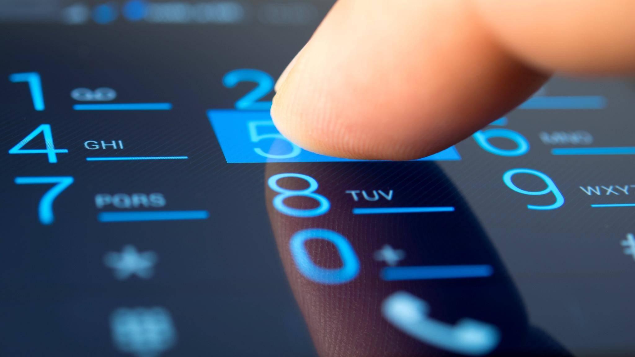 Wir verraten Dir, wie die Rückkwärtssuche von Handynummern funktioniert.