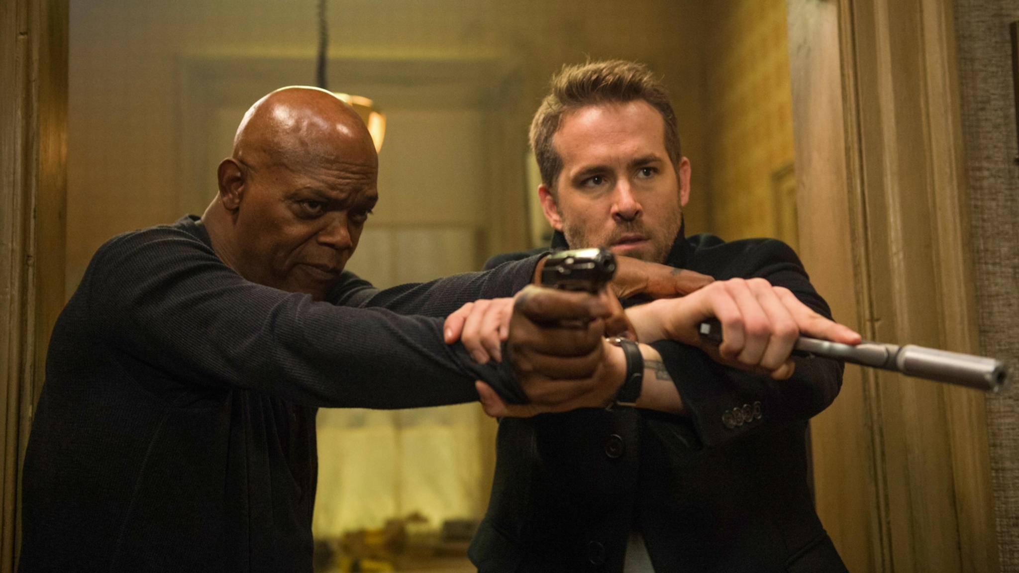 Oder war es doch Ryan Reynolds (rechts) mit der Pistole in der Eingangshalle?