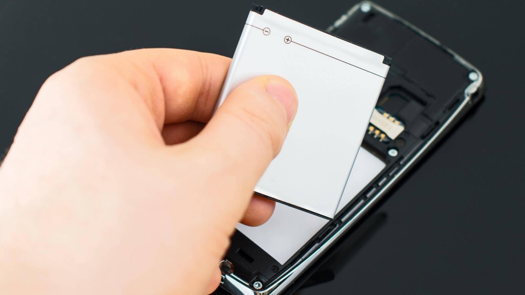 Das Entsorgen von Handy-Akkus ist zum Glück nicht kompliziert.