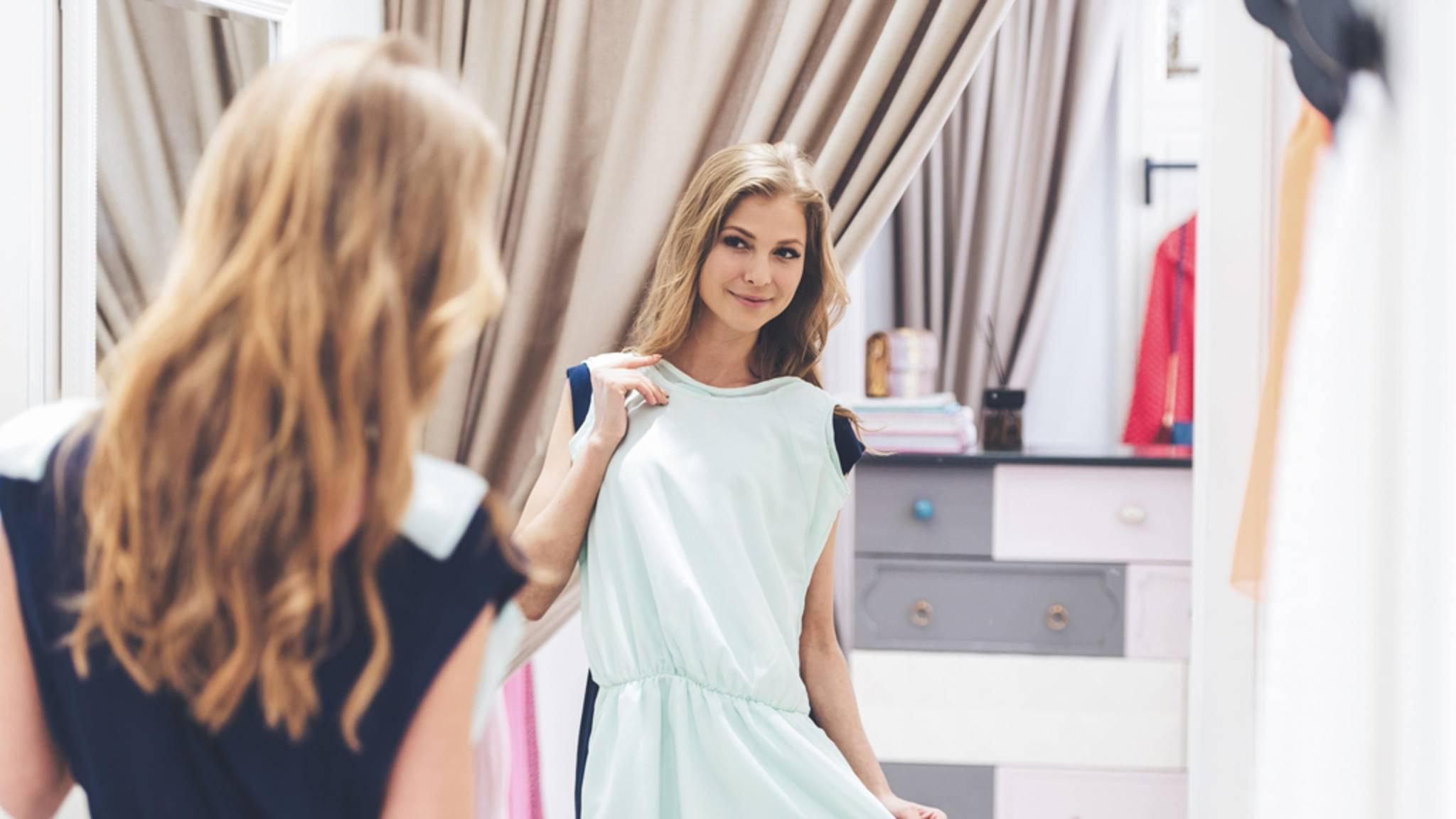 Mit einem smarten Spiegel könnte das provisorische Anhalten von Klamotten schon bald überflüssig werden.