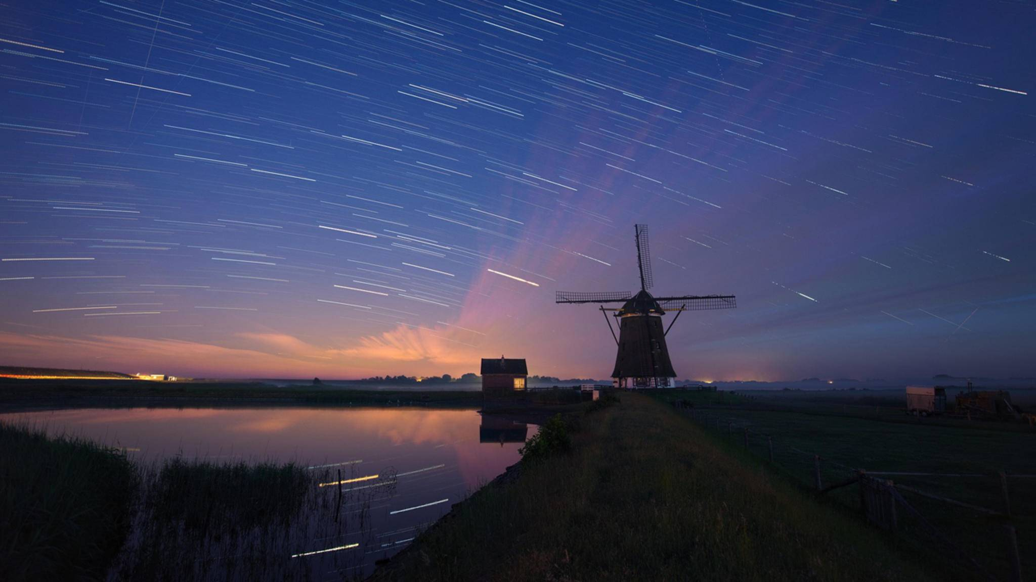 Bei einer sehr langen Belichtungszeit entstehen aufgrund der Erdrotation Sternenspuren.