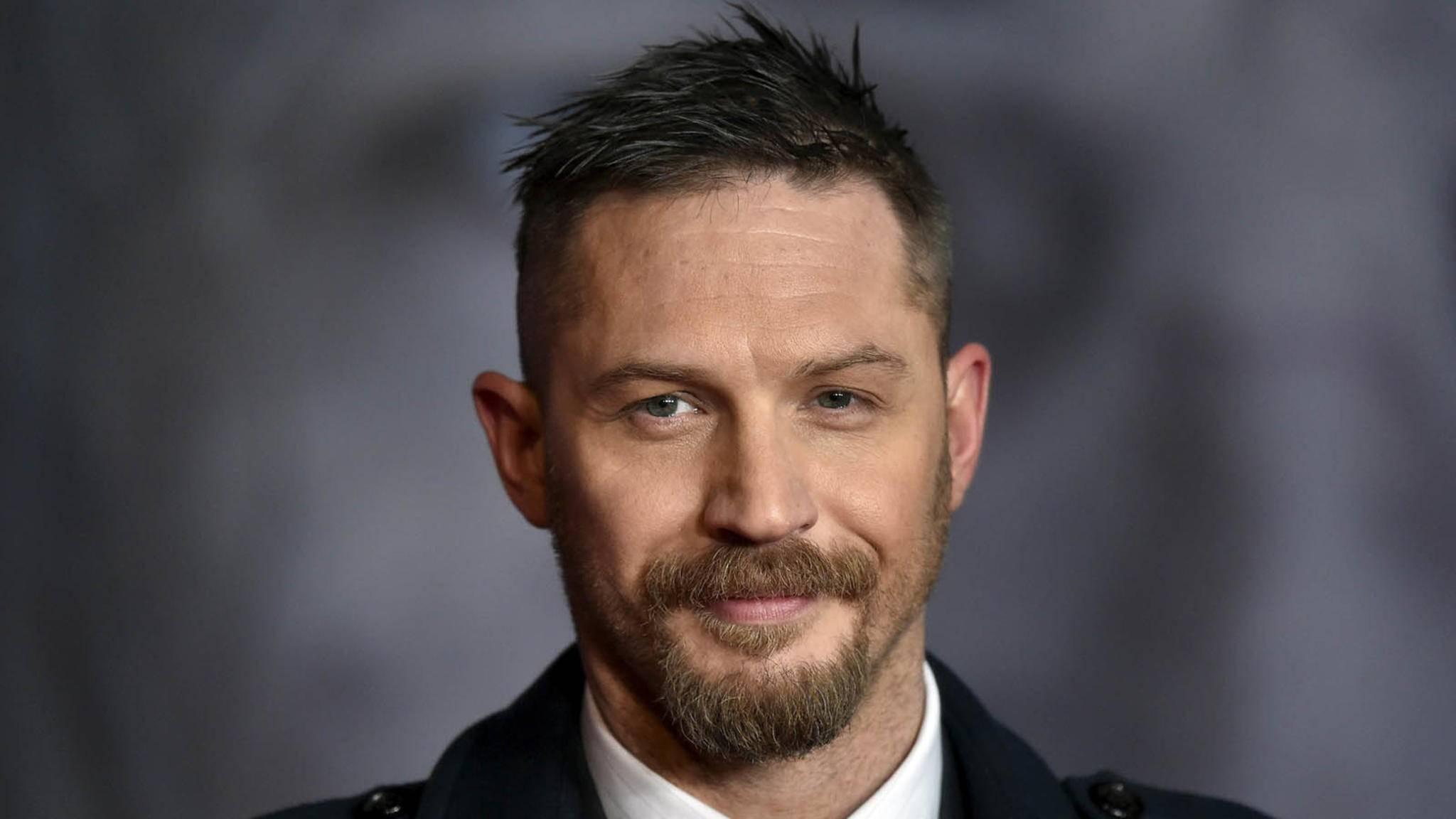 """Tom Hardy hat gut lachen: Die Dreharbeiten zu """"Venom"""" sind abgeschlossen."""