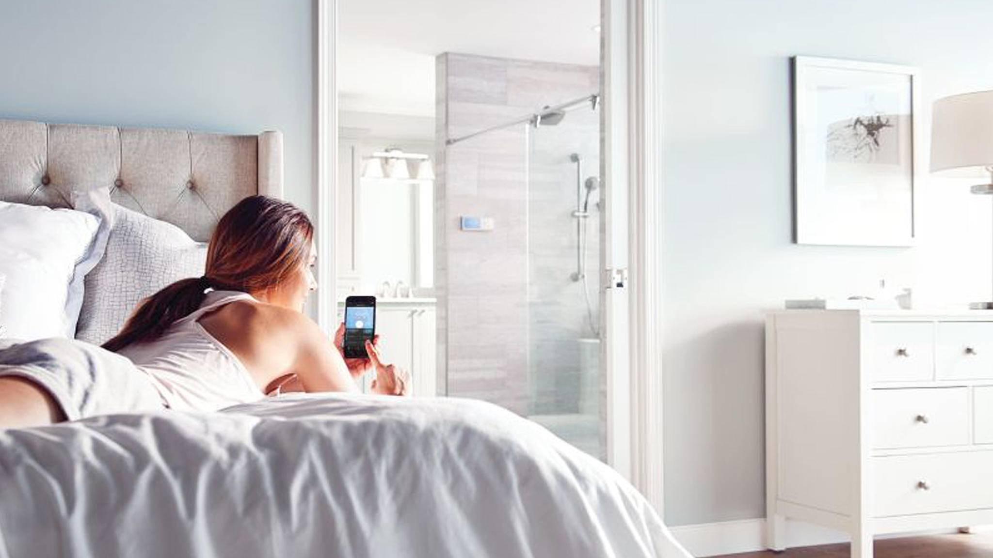 In Zukunft kannst Du das smarte Duschsystem von Moen auf Zuruf steuern.