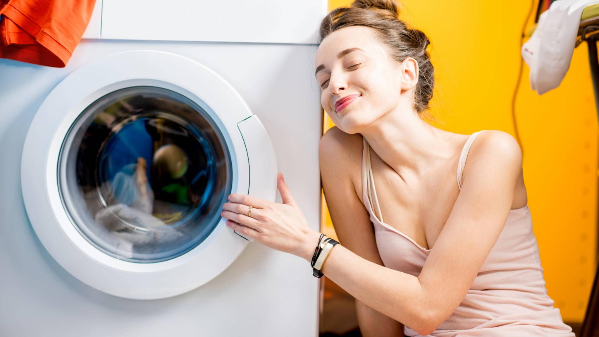 Waschmaschine-Frau-glücklich-AdobeStock-rh2010-139491436