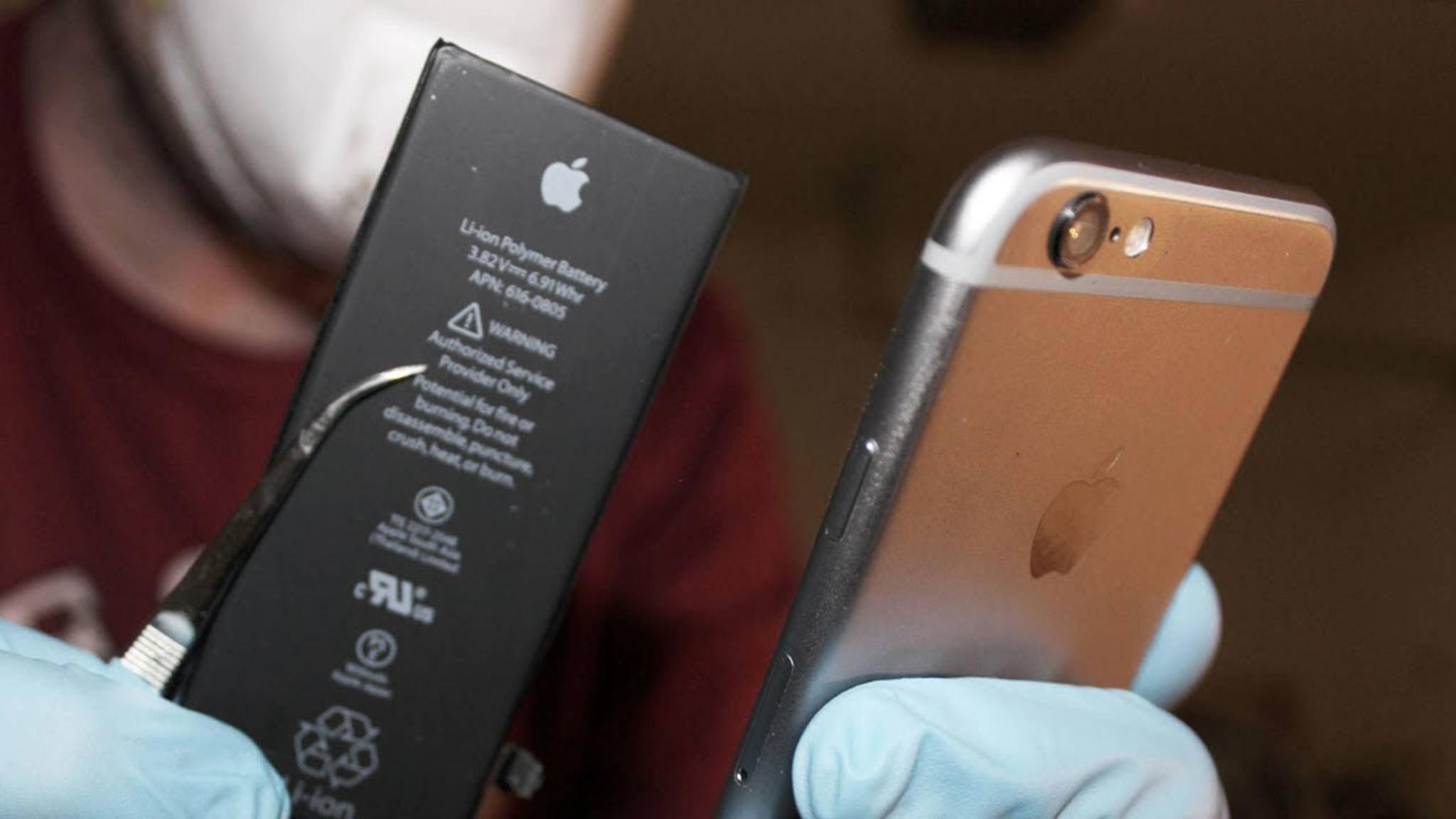 Zum Öffnen des iPhones wird spezielles Werkzeug benötigt.