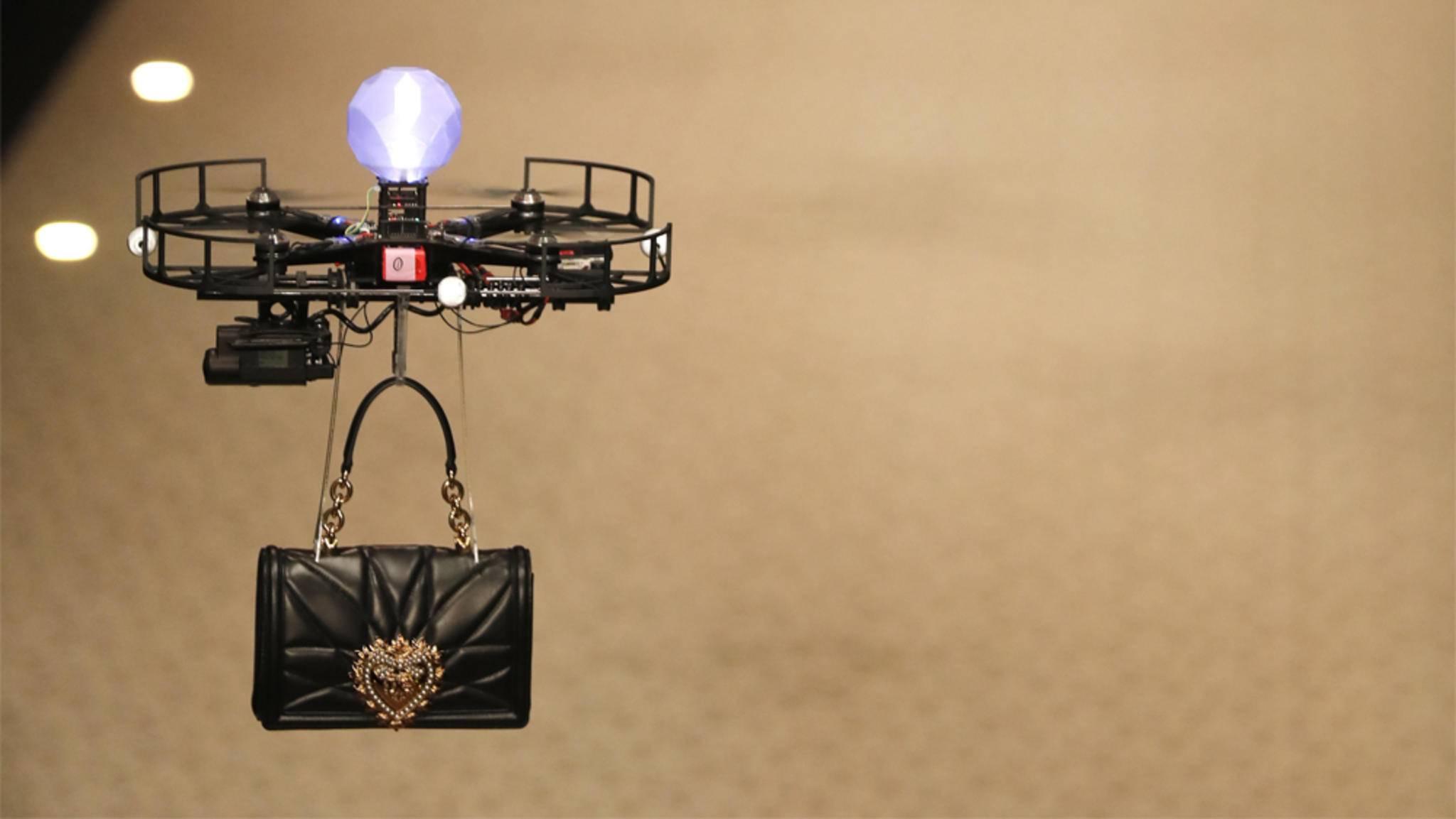 Kommt eine Handtasche geflogen: Werden Drohnen zu den neuen Laufstegstars des Modebusiness?