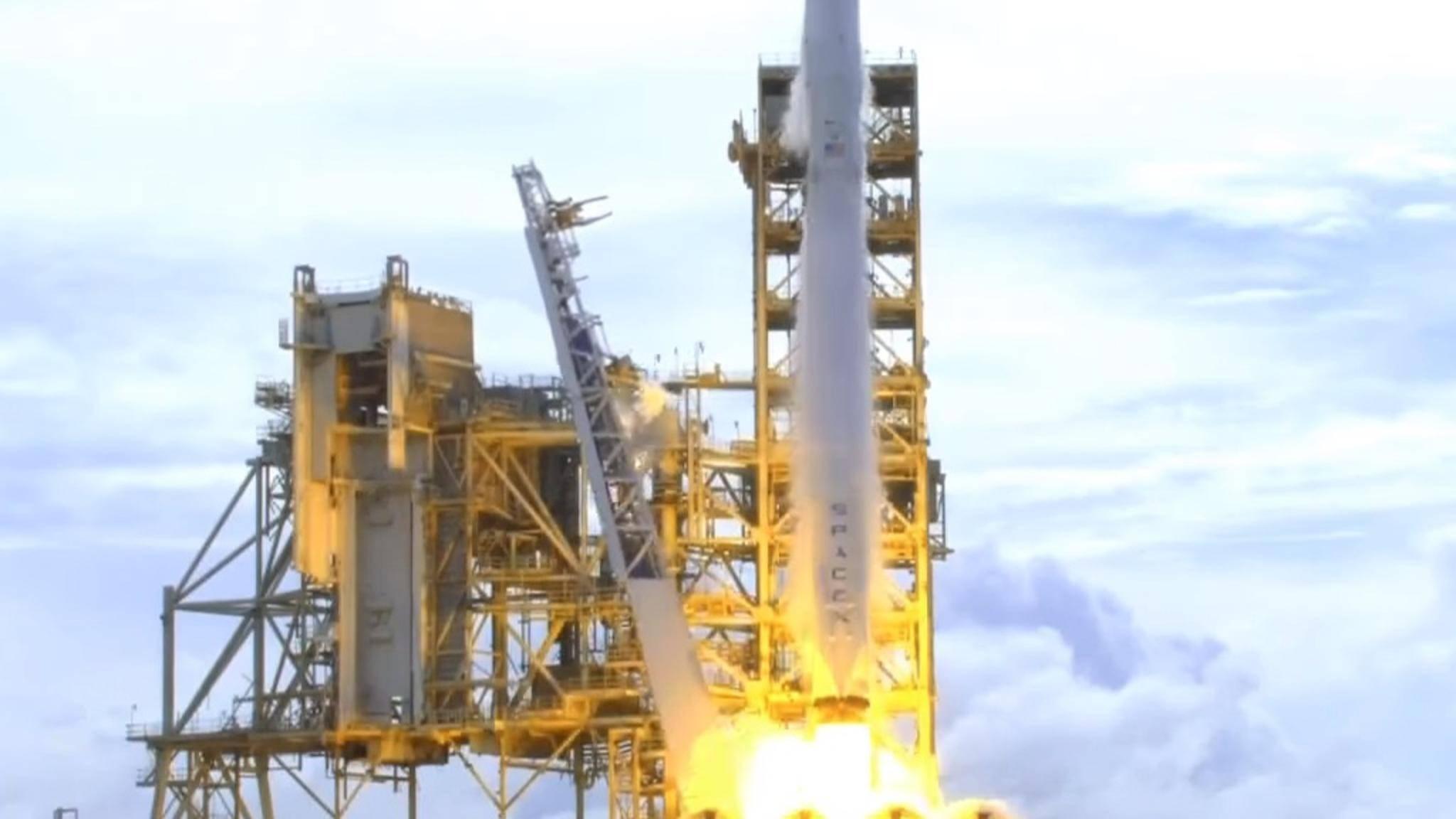 SpaceX möchte wohl bald mit einer Falcon-9-Rakete zwei Testsatelliten für globales Internet in die Erdumlaufbahn schießen.