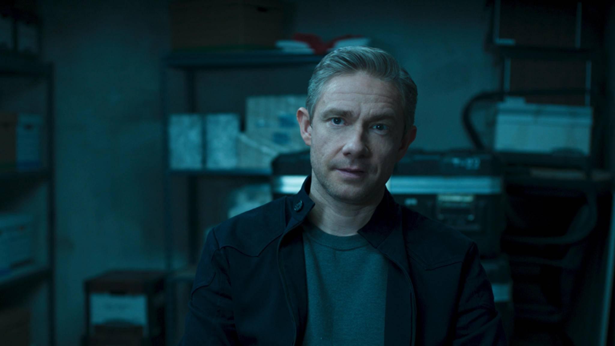 """Everett Ross (Martin Freeman) ist der zweite Weiße, der von Shuri """"repariert"""" werden muss."""