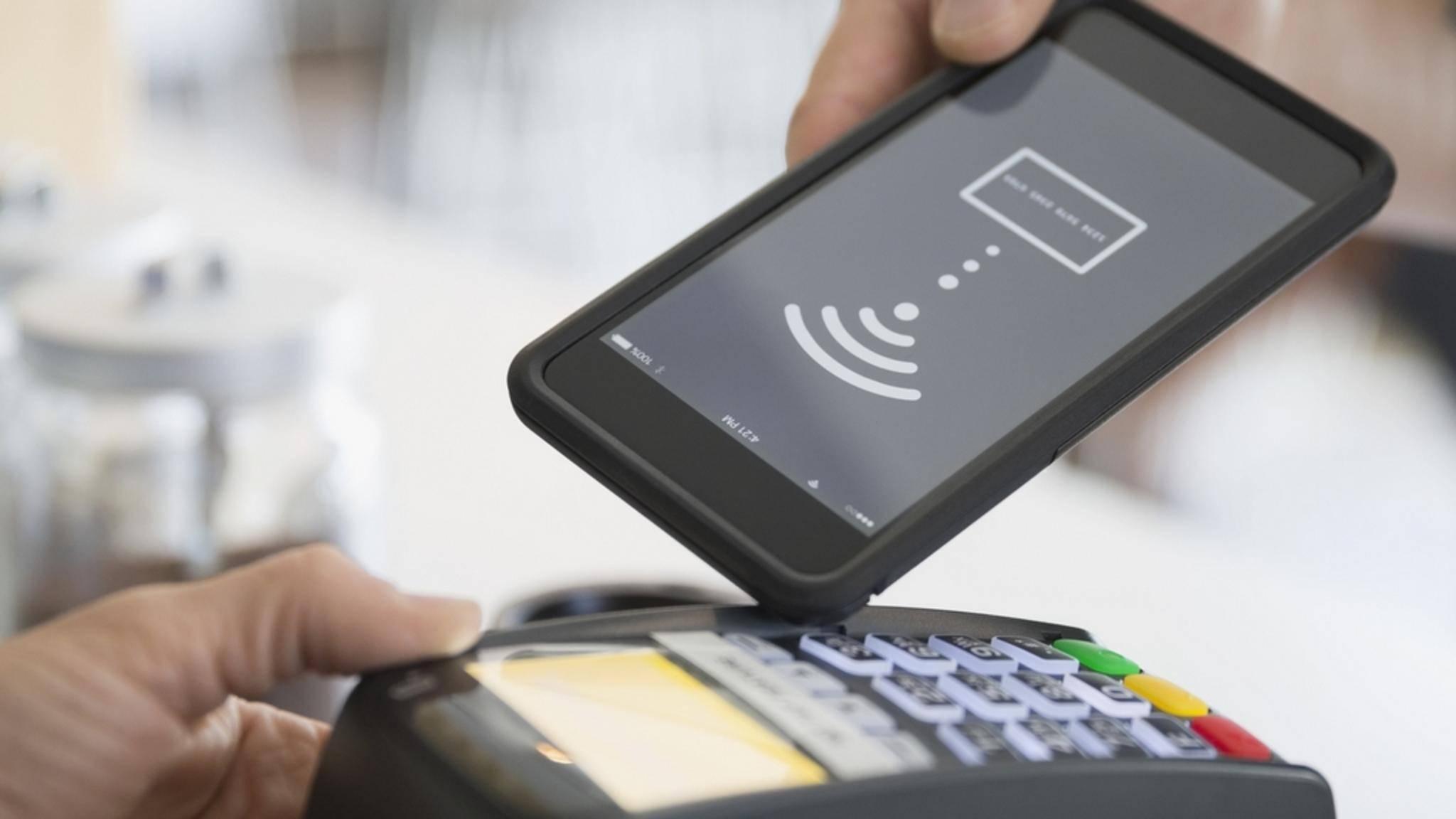 Android-Nutzer sollen in Deutschland bald mit dem Smartphone zahlen können.