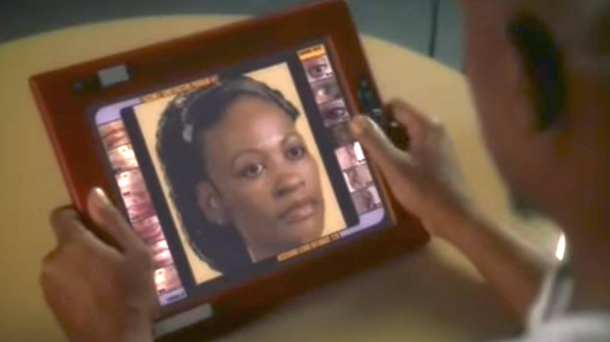 """Ein Tablet-Computer mit Finger-Bedienung war bereits in """"Star Trek: Das nächste Jahrhundert"""" aus den frühen 1990ern zu sehen."""
