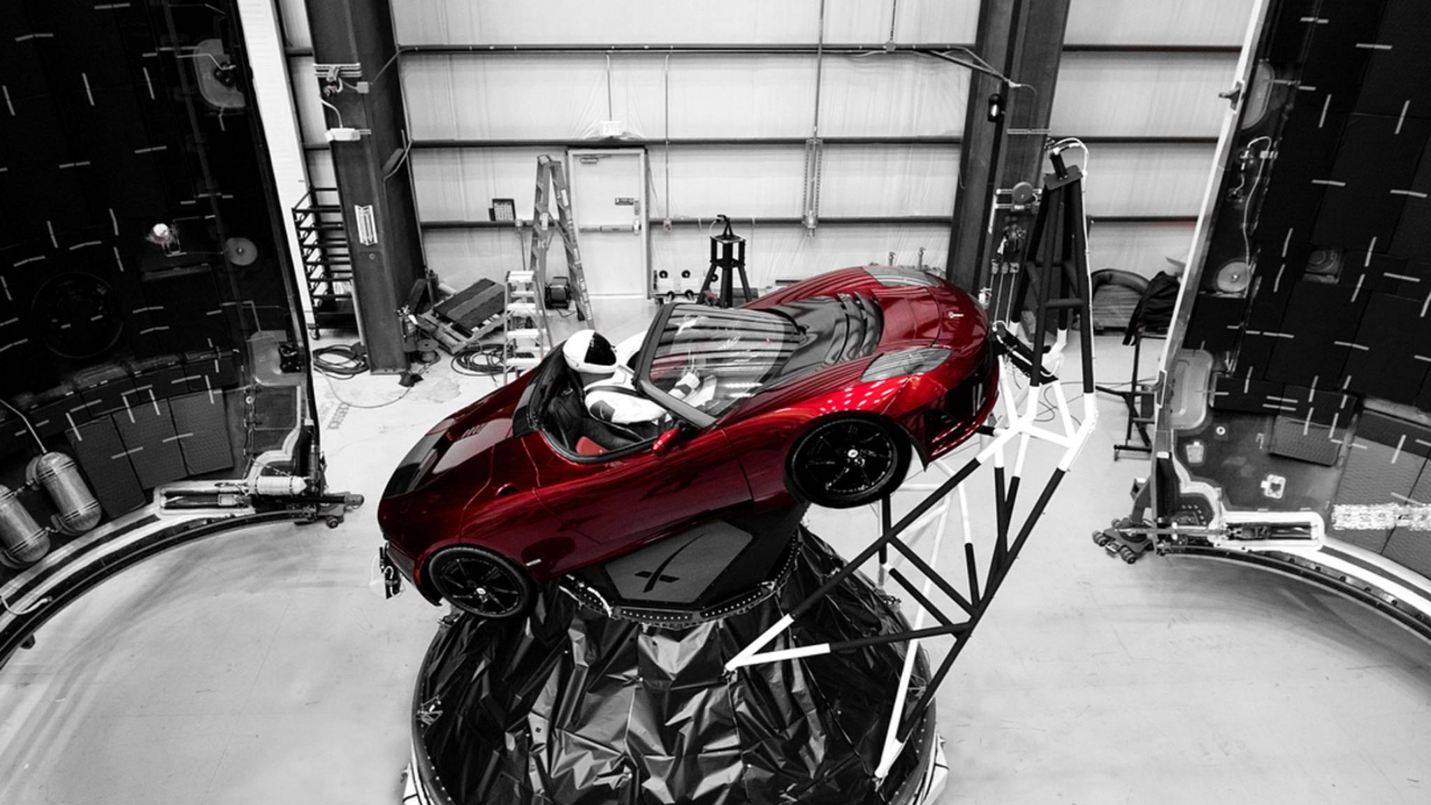Fliegt demnächst ins All: ein feuerroter Tesla Roadster.