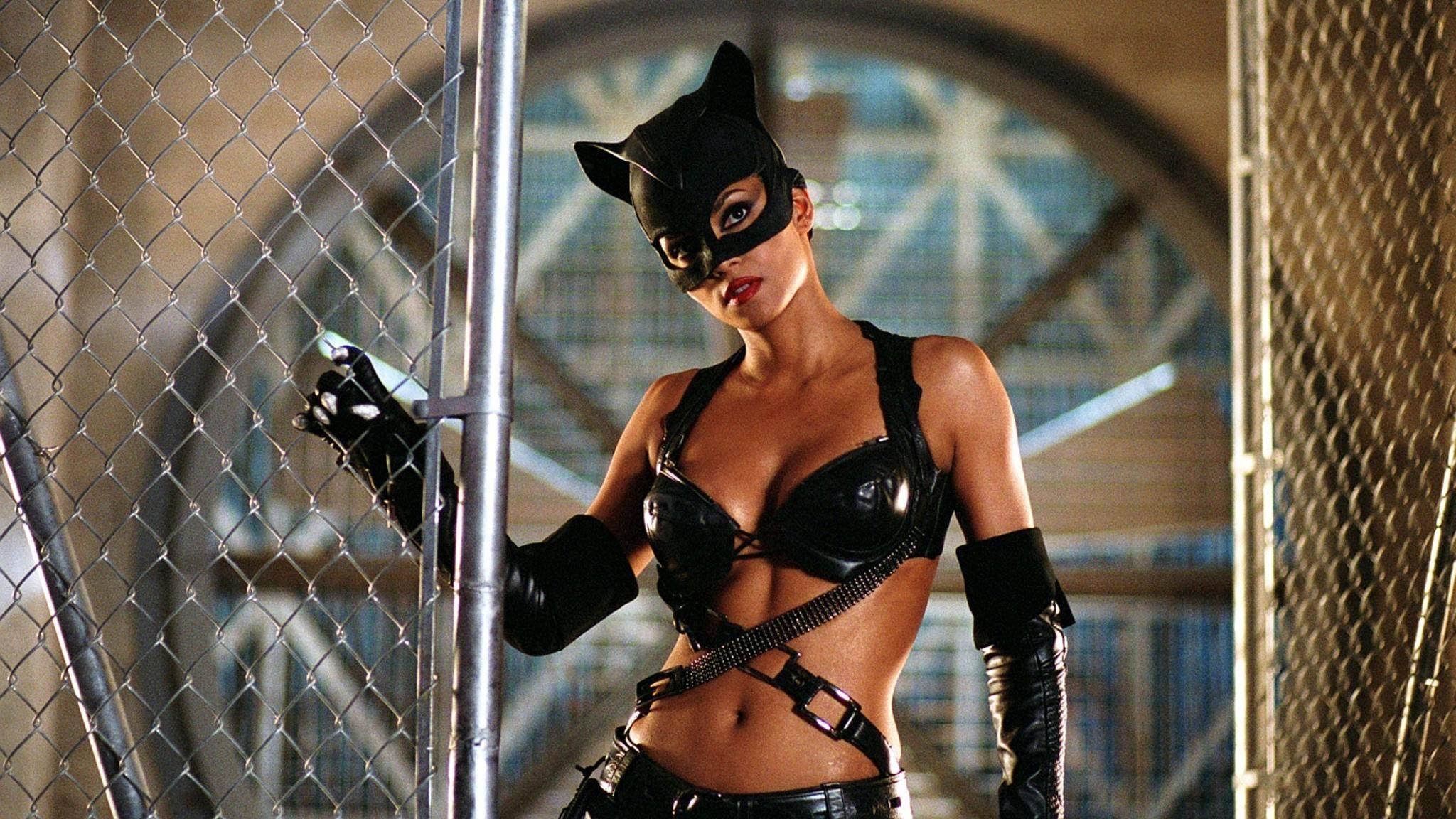 """Hello Kitty: Ncht nur der Film """"Catwoman"""" war schräg, auch über das Kostüm von Halle Berry wunderten sich viele."""