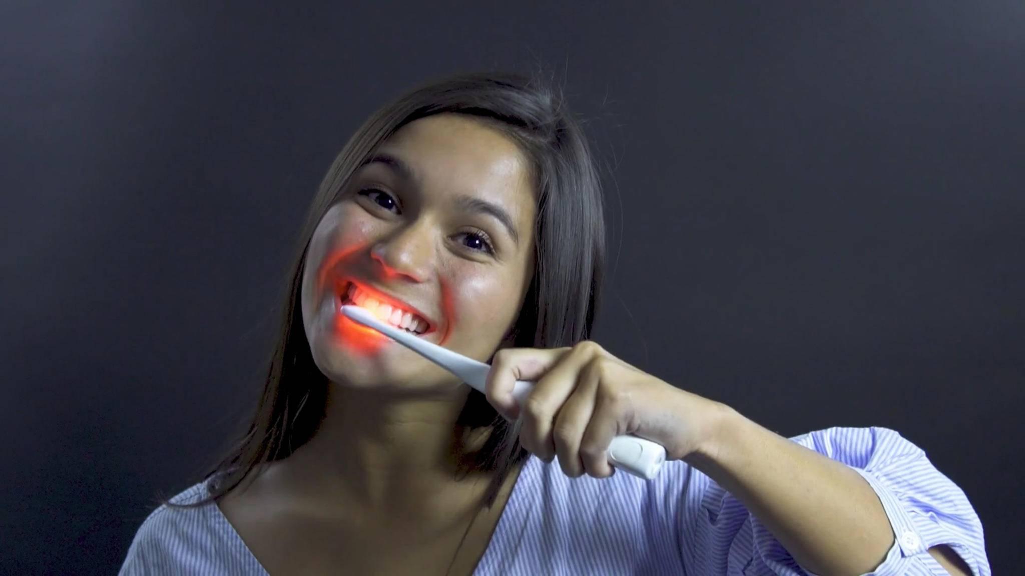 Bristl ist eine Zahnbürste, die einem beim Zähneputzen eine Lichttherapie verschafft.