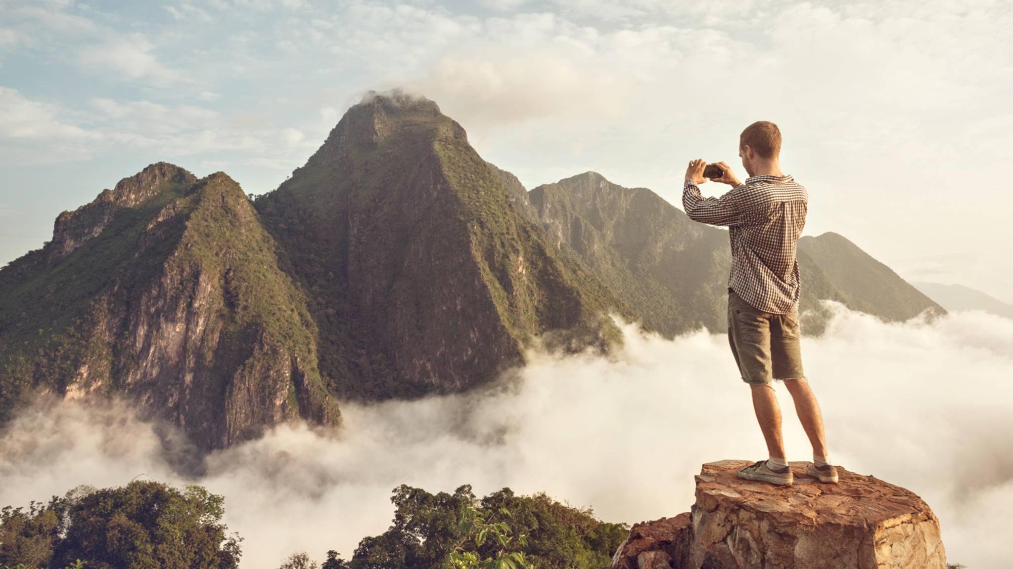 Mann Fotografiert Berg Panorama-Berge Erkennen App-photoschmidt-AdobeStock_147458298
