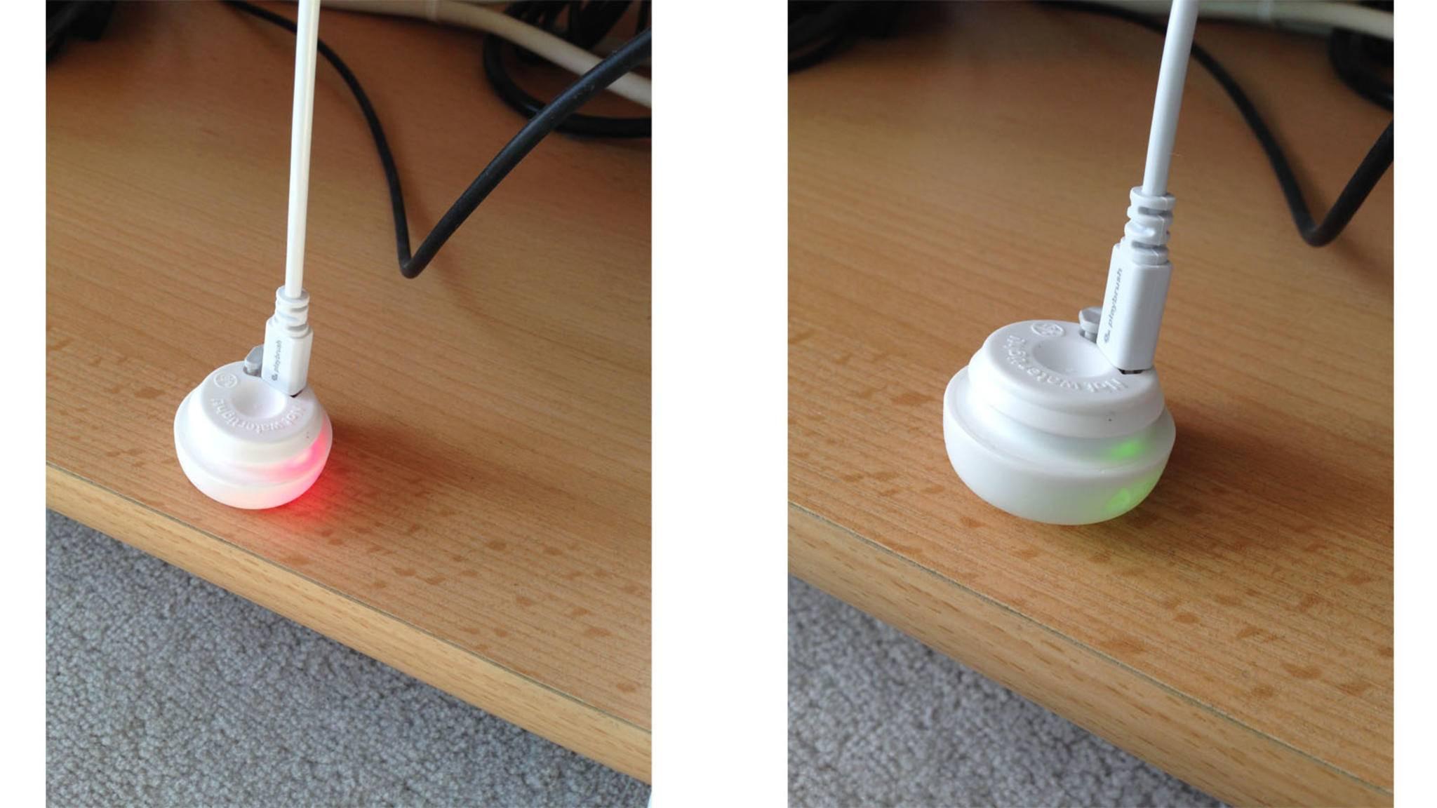 Das Leuchten am Fuß zeigt Dir genau, ob die Playbrush einsatzbereit ist.