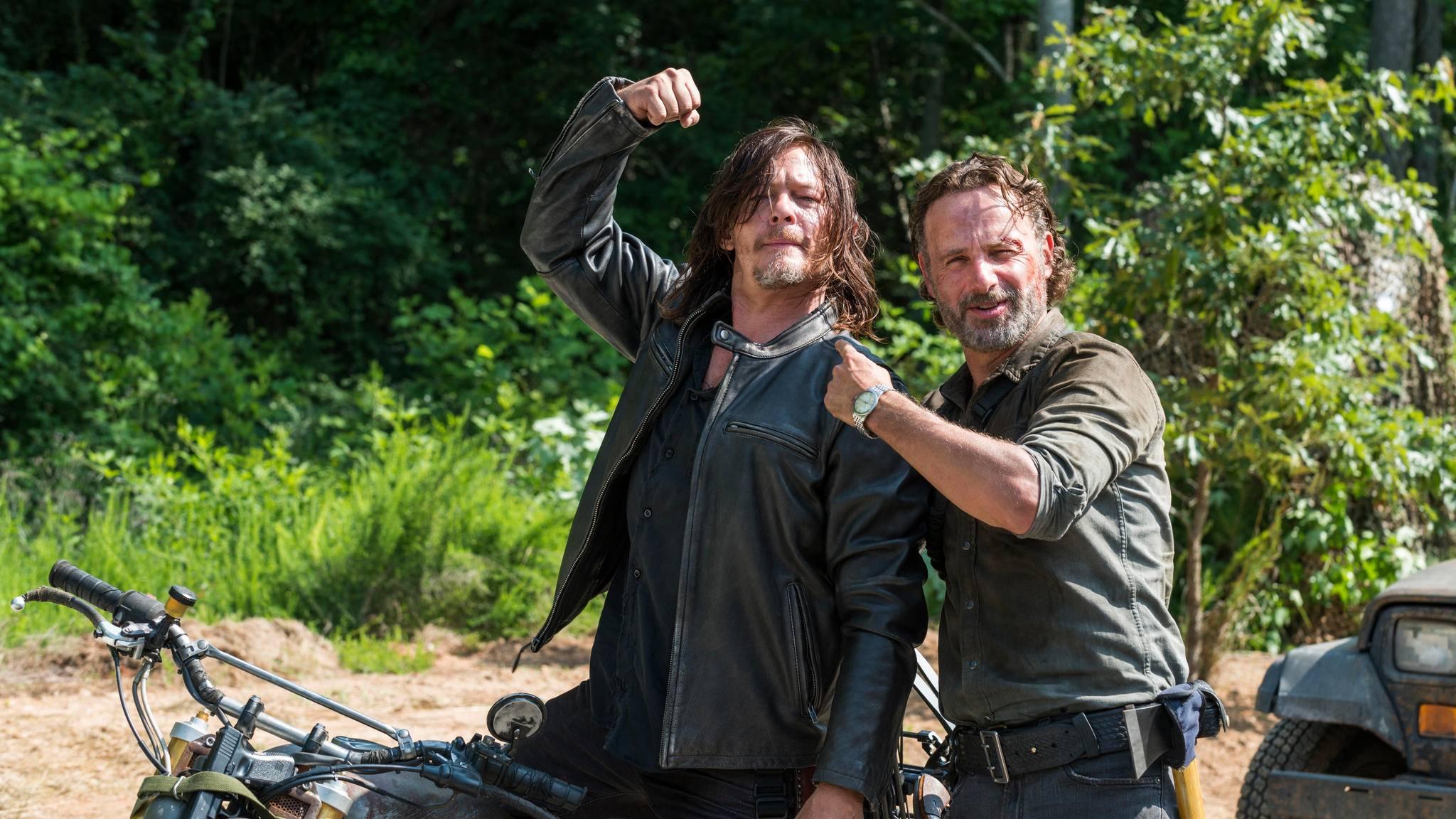 """Daryl (Norman Reedus, l.) und Rick (Andrew Lincoln, r.) scheinen sich Uneins über das neue """"The Walking Dead""""-Intro zu sein."""