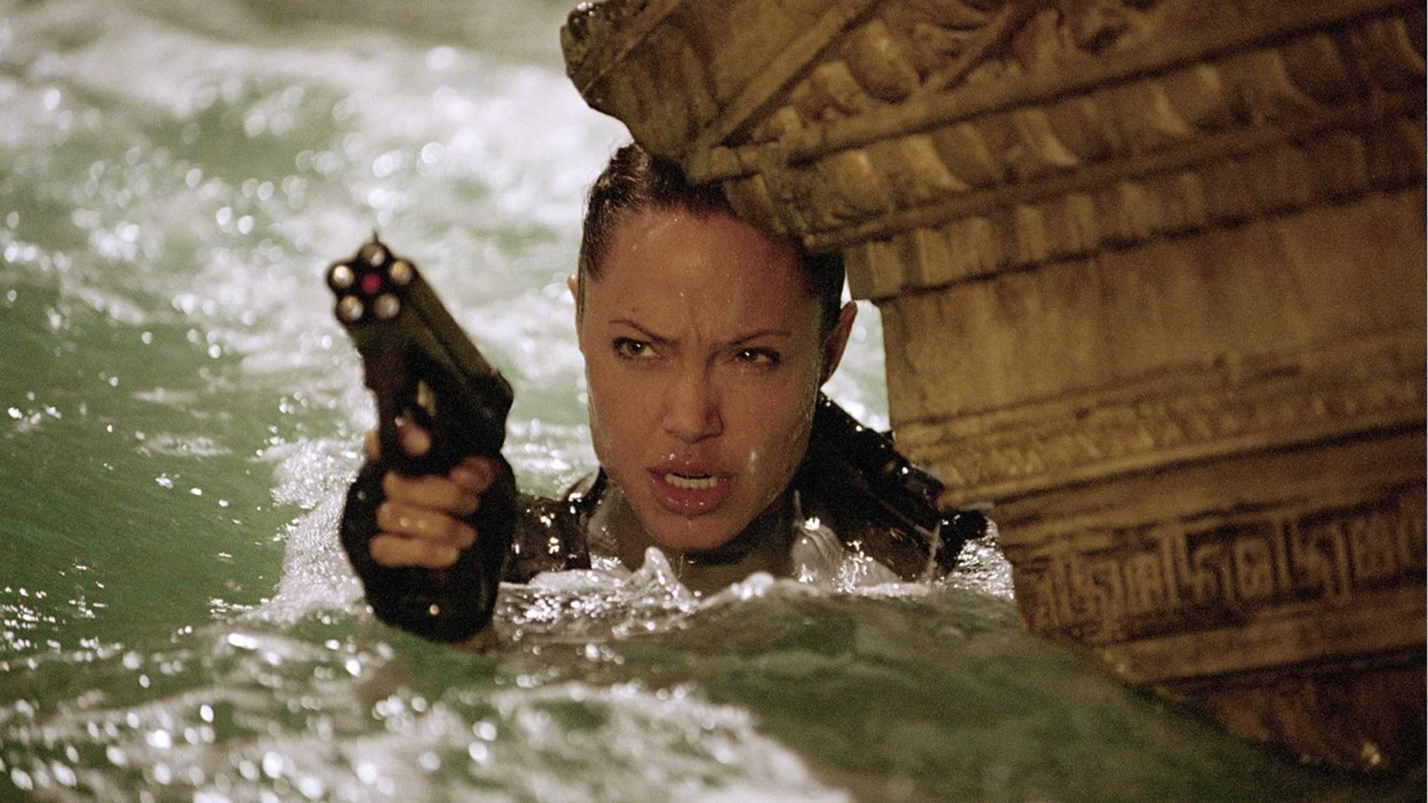 Es gibt vermutlich keine Waffe, mit der Angelina Jolie in der Rolle der Lara Croft nicht umgehen kann.