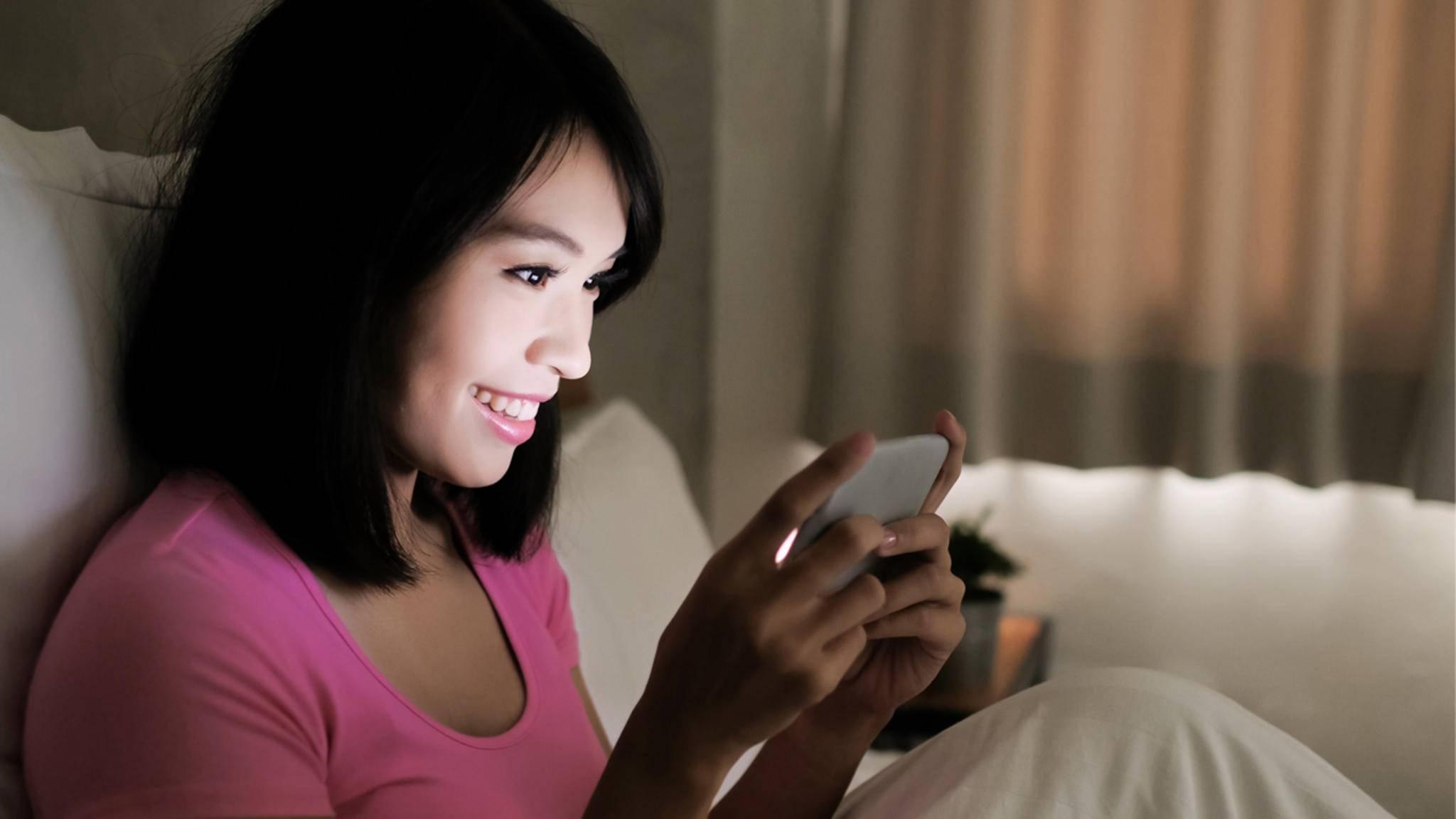 Vor dem Schlafengehen noch einen Gute-Nacht-Gruß bei WhatsApp bekommen – das sorgt für süße Träume!