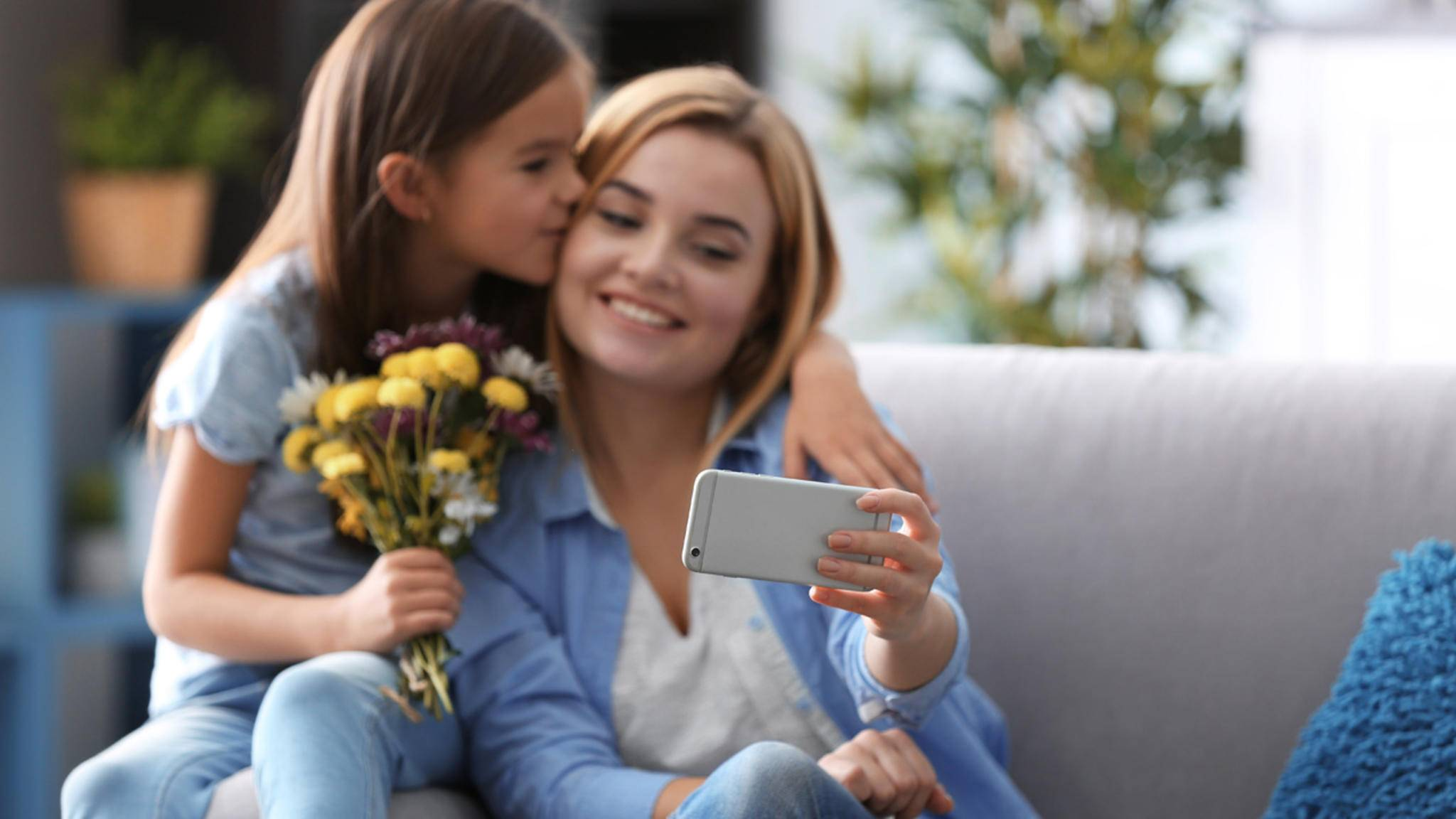 Wer seine Mutter am Muttertag nicht persönlich knuddeln kann, sollte mindestens einen WhatsApp-Gruß verschicken.