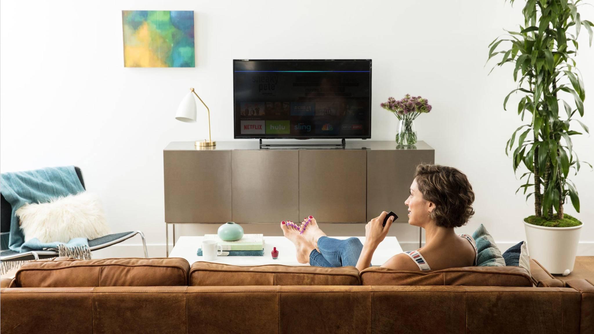 Auf der Couch sitzen und den Fire TV bequem per Alexa bedienen: Wir verraten, was Du dazu wissen musst.
