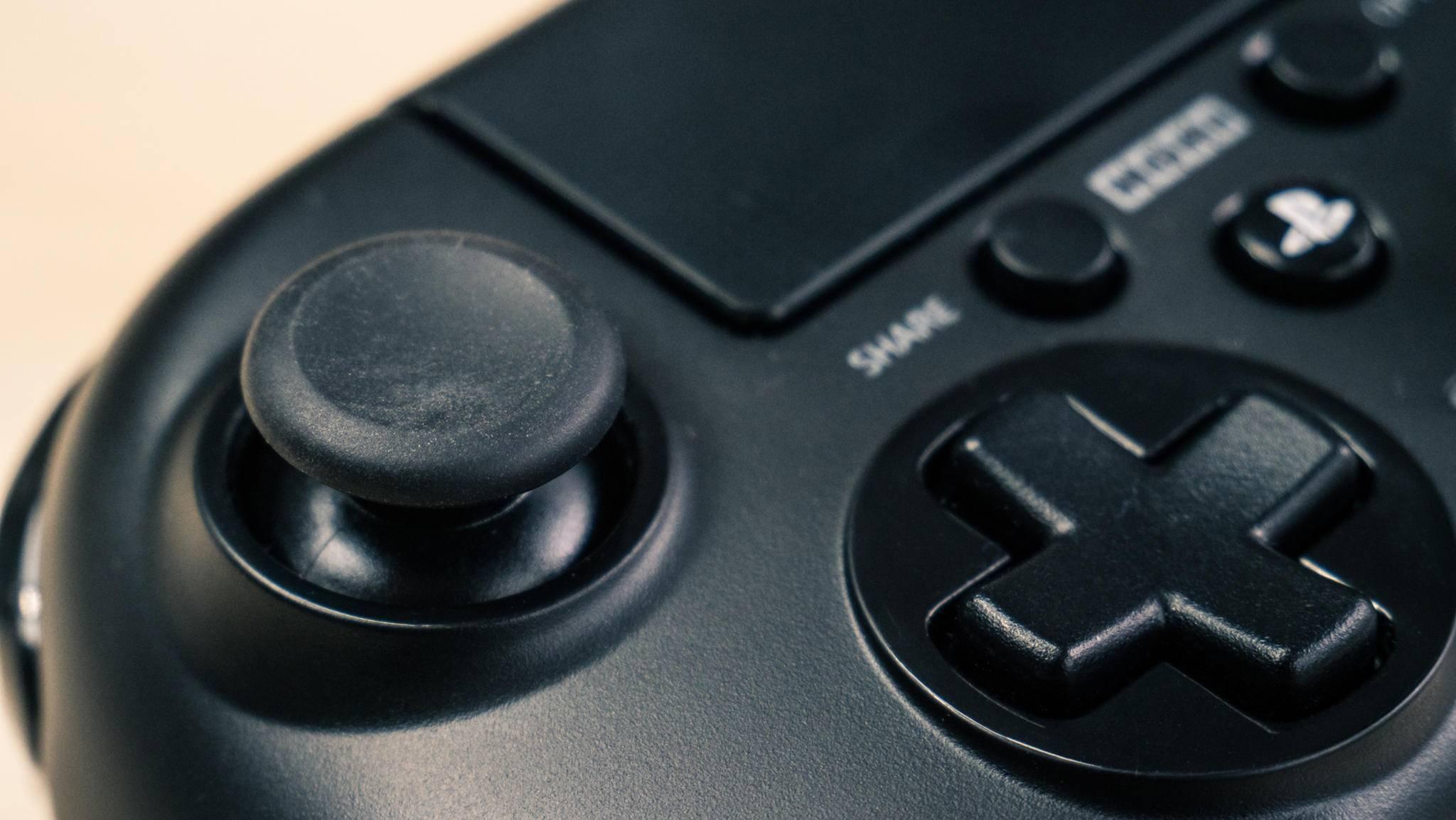 Der linke Analog-Stick sitzt, wie beim Xbox-Controller, weiter oben.