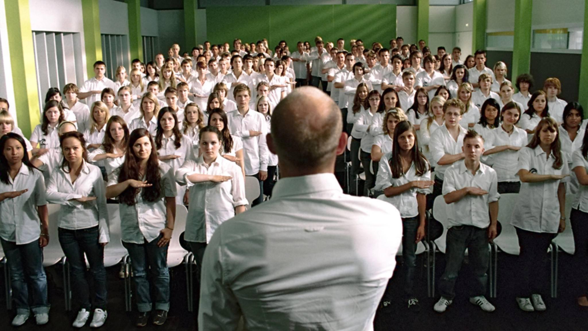 """2008 wurde der Roman """"Die Welle"""" mit Jürgen Vogel in der Hauptrolle auf die große Kinoleinwand gebracht."""