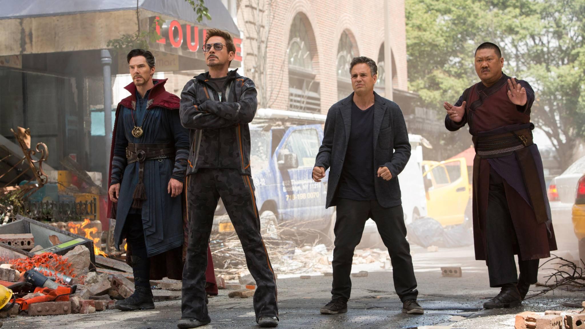 """Tony Stark (zweiter von links) und seine verbliebenen Mitstreiter rüsten sich für """"Avengers 4"""" – und Du kannst das mit diesen sieben Marvel-Filmen auch."""