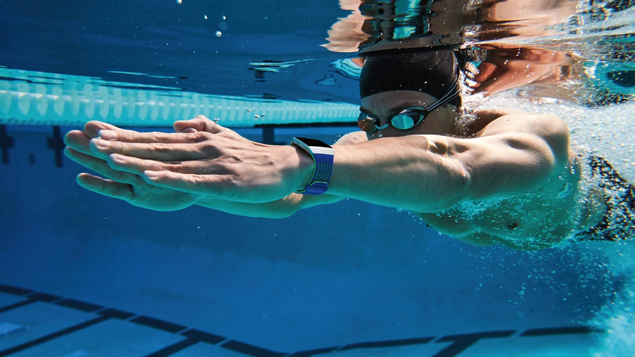 Fitbit Ionic und Fitbit Versa sind beide zum Schwimmen geeignet.