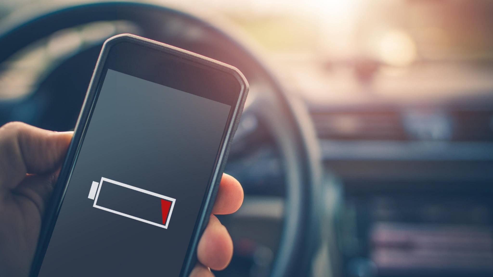 Du kannst das Handy zwar im Auto laden, dabei sollten aber einige Punkte beachtet werden.