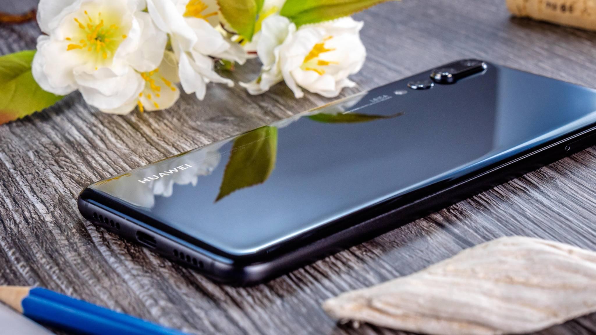 Die hochwertige Glas-Rückseite zieht Blicke und Fingerabdrücke magisch an.