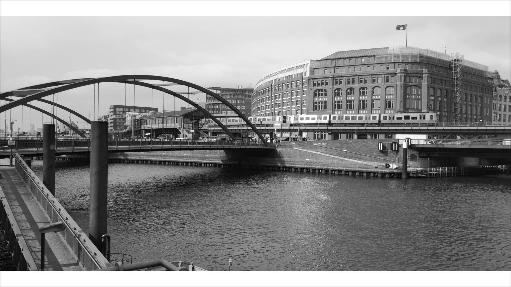 Monochromfotos können das Profil einer Stadt wie Hamburg treffend einfangen.
